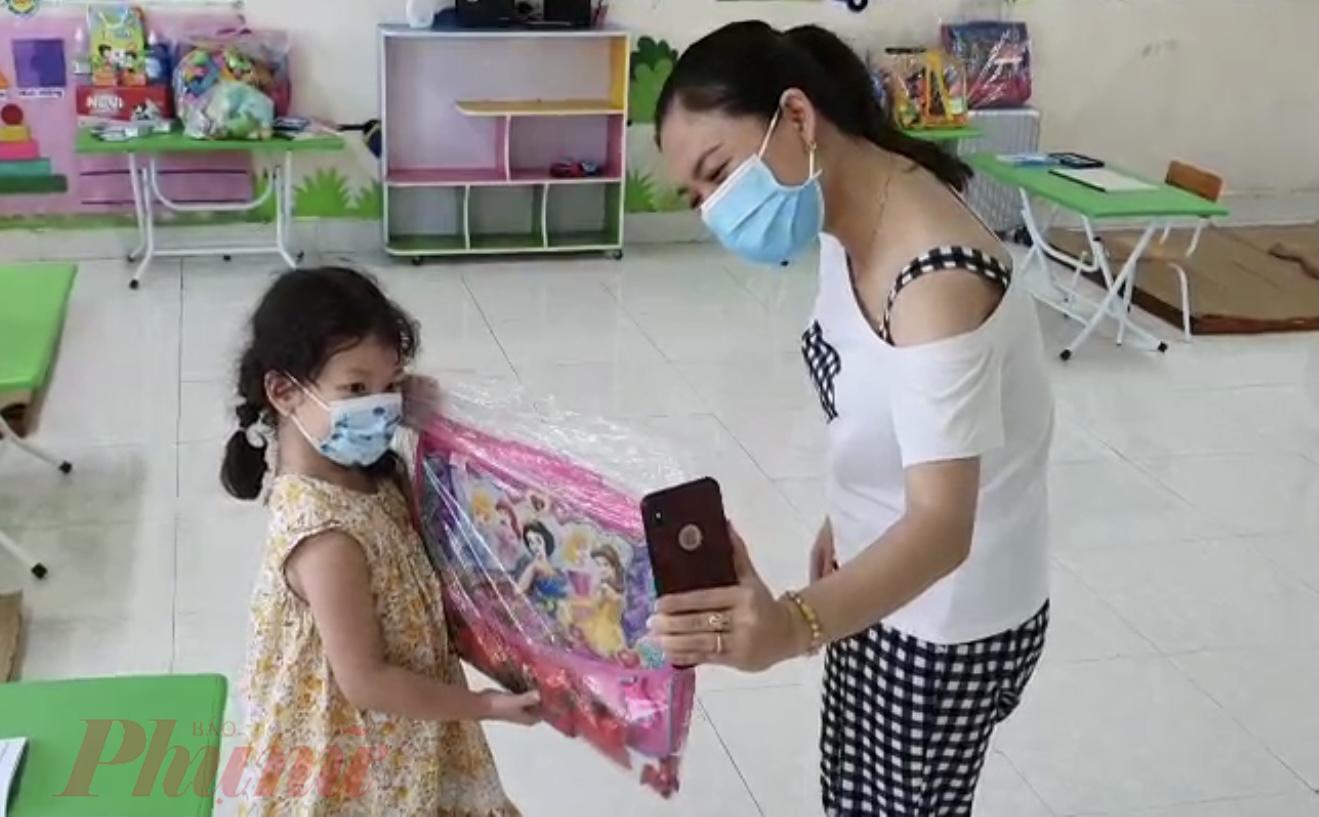 Một cô giáo chia sẻ, ngày nào các bé cũng được gọi điện về với gia đình, có bé còn nói với bố mẹ không muốn về nhà vì ở lại trường với các bạn vui hơn.