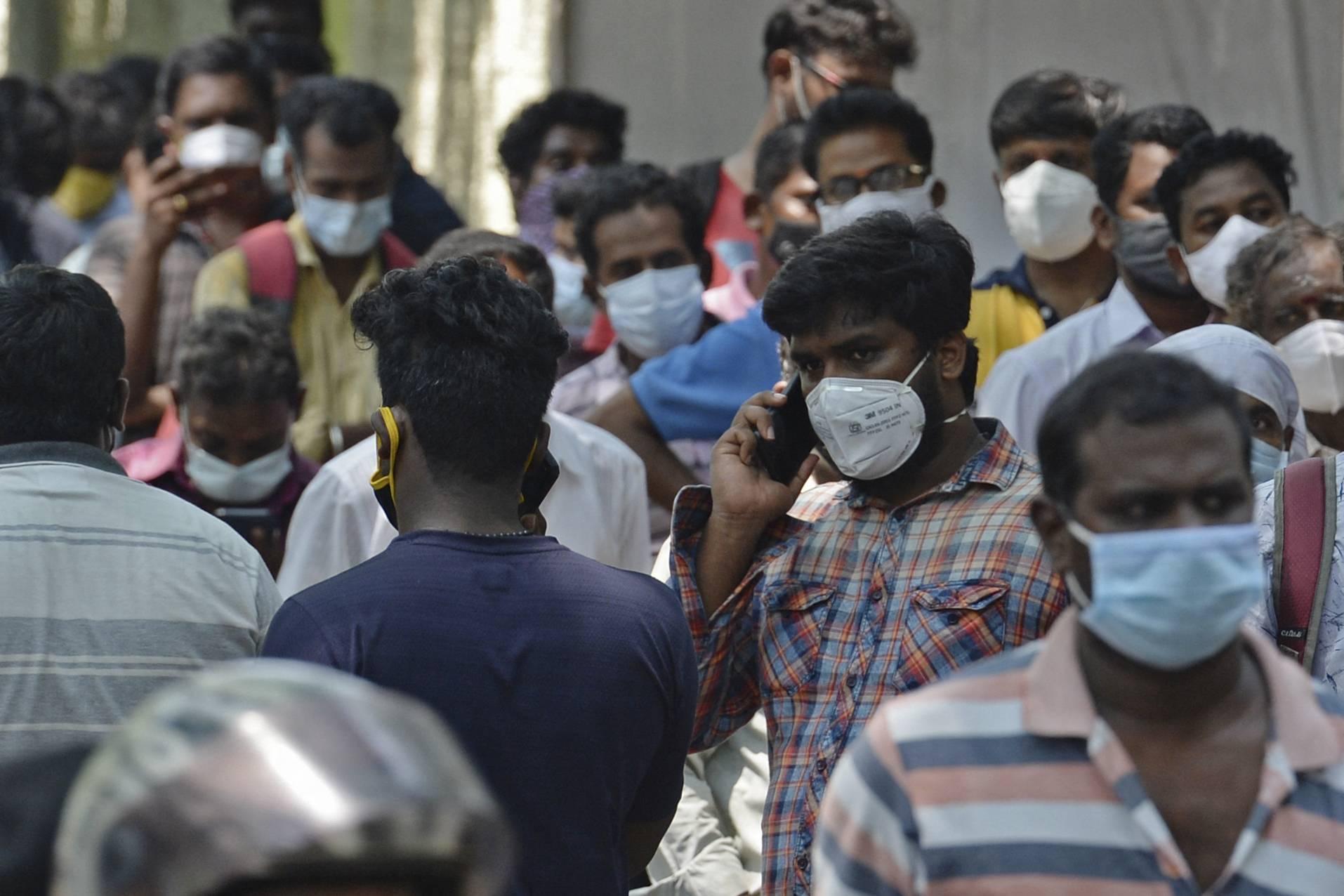 Người dân xếp hàng bên ngoài quầy thuốc để mua remdesivir ở Chennai, Ấn Độ