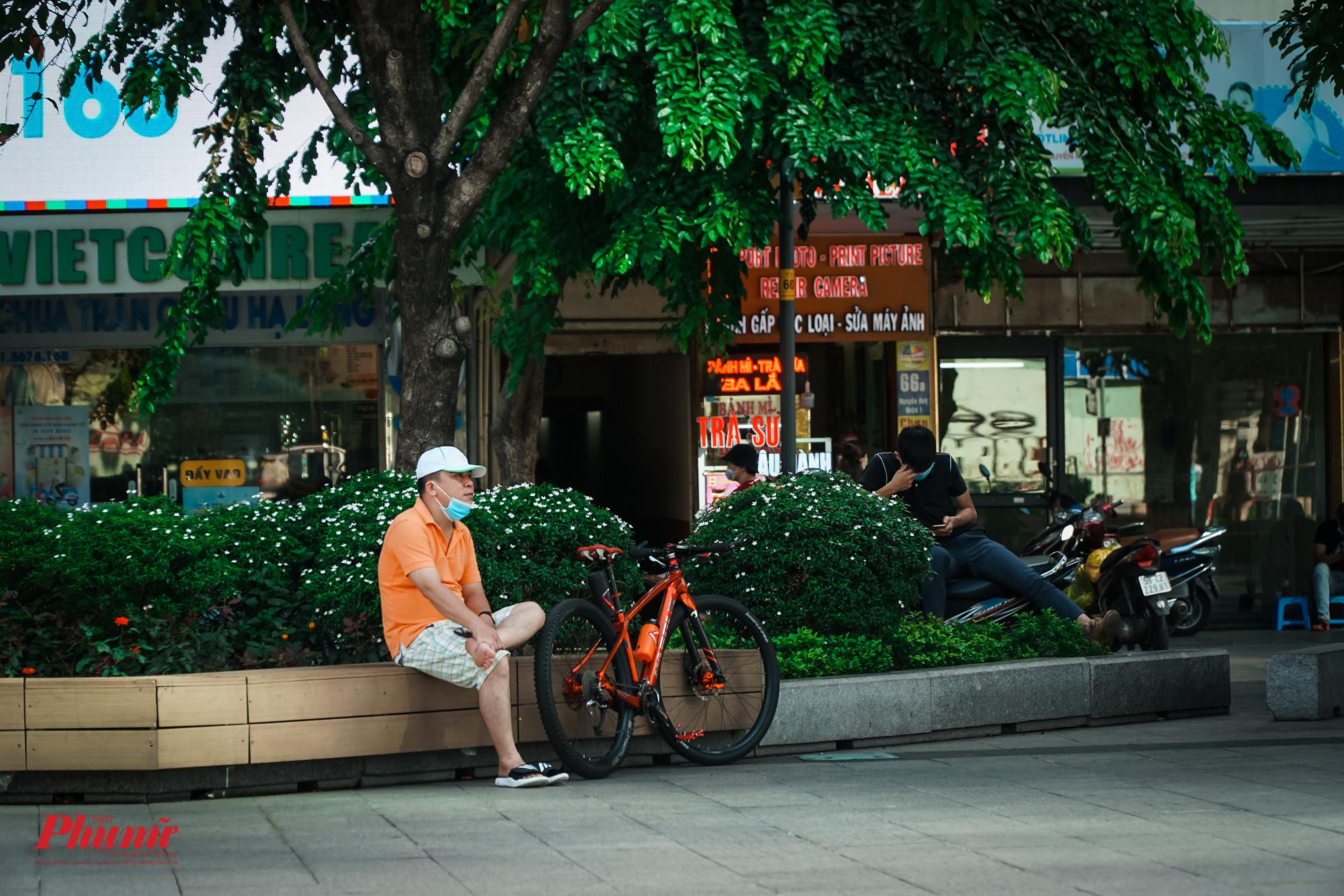 Nhiều người dân cố tình vào phố đi bộ ngồi dù đã có lệnh tạm ngừng hoạt động