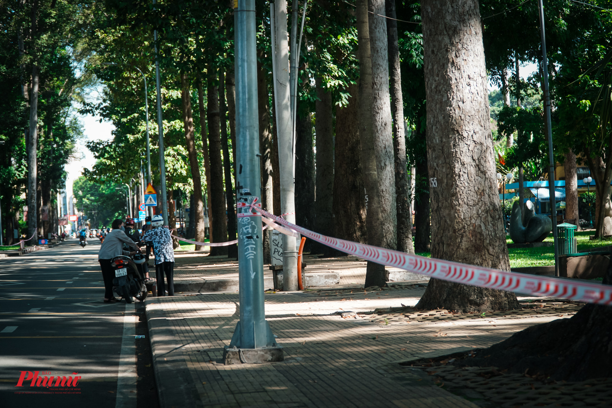 Tại Công viên 30/4 TPHCM (Quận 1), dù công viên đã được rào chắn, tuy nhiên, nhiều người dân vẫn cố tình chen vào