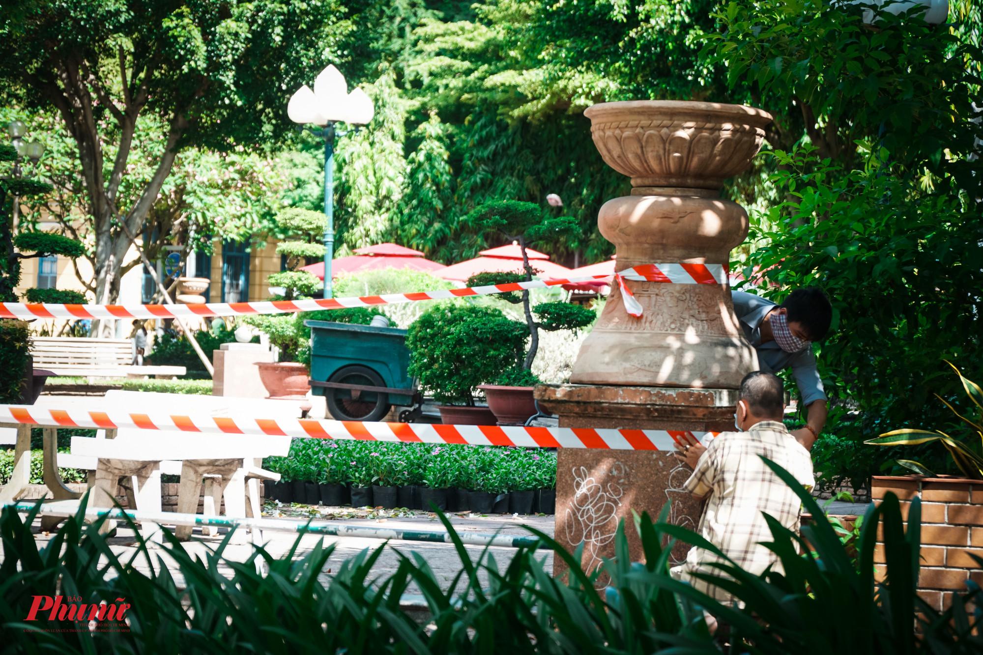 Sáng 28/5, lực lượng chắc năng tiến hành rào chắn công viên Bách Tùng Diệp (Quận 1), trong khi đó, nhiều vẫn còn sinh hoạt tại chung cư
