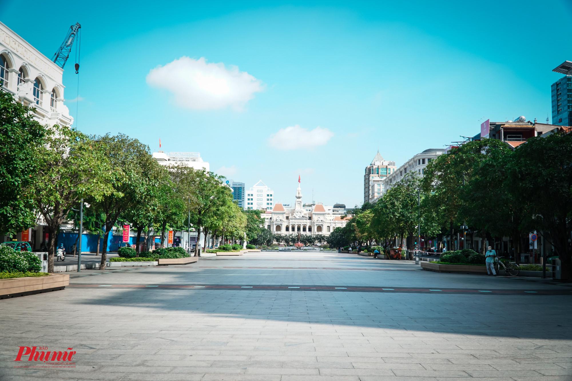 Nhìn chung, phố đi bộ Nguyễn Huệ đã vắng người tụ tập hơn trước kia