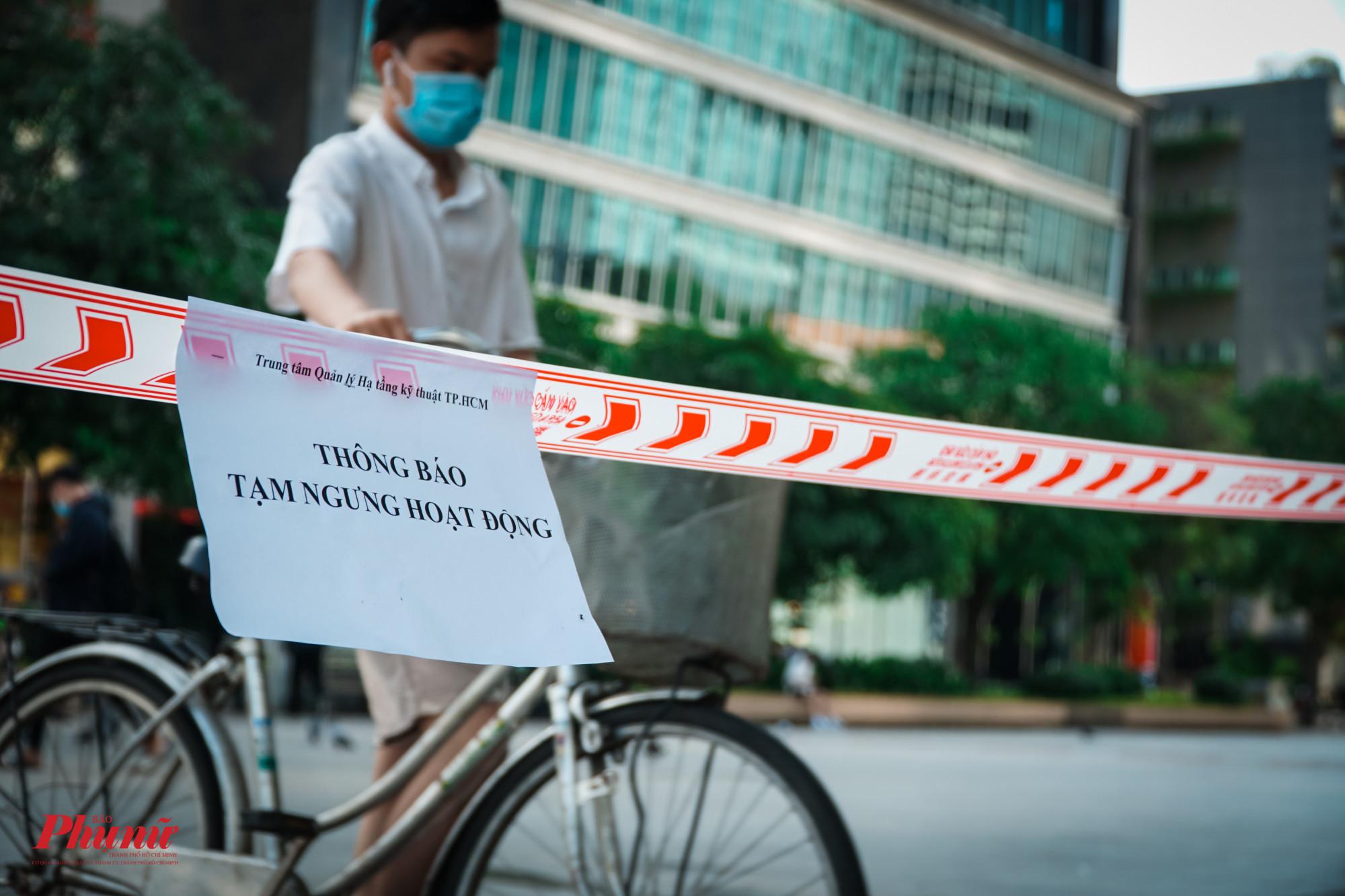 Người đàn ông cố tình mang cả xe đạp vào phố đi bộ