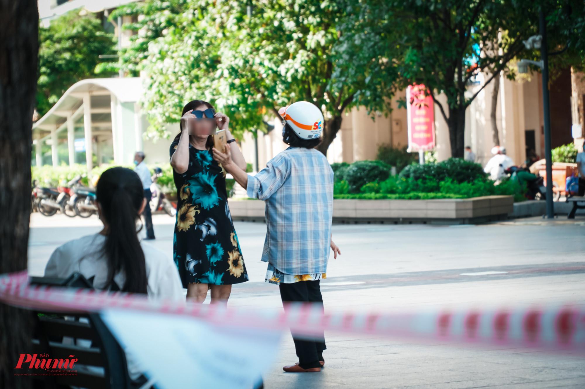Trong khuôn viên phố đi bộ Nguyễn Huê, phóng viên báo Phụ Nữ TPHCM đã ghi nhận rất nhiều trường hợp cố tình vào khu vực cấm và không đeo khẩu trang