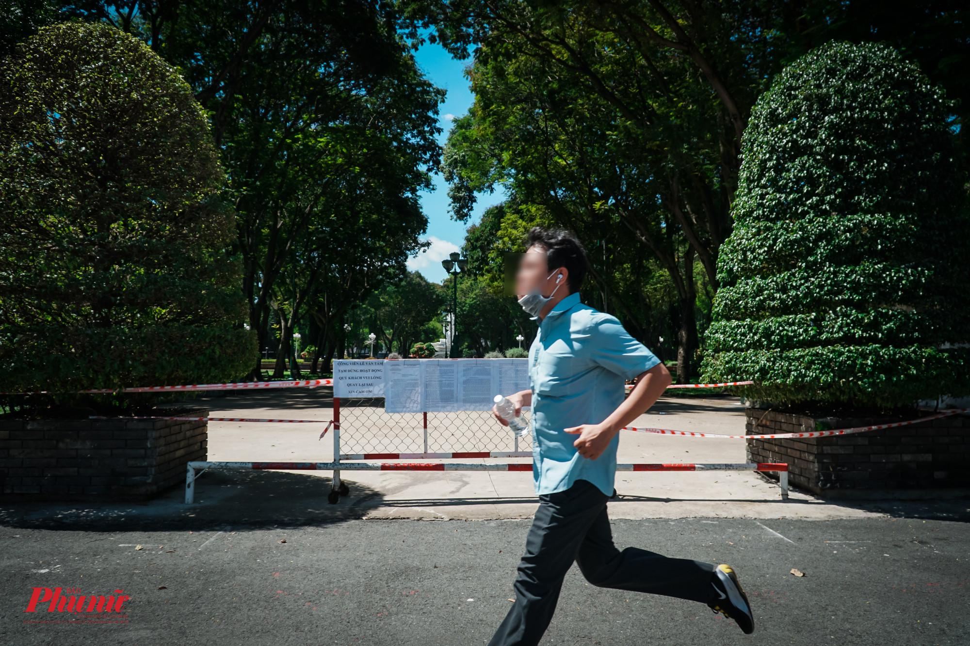 Không vào được công viên, nhiều người chạy bộ bên ngoài công viên. Tuy nhiên, nhiều người bộ đã không đeo khẩu trang