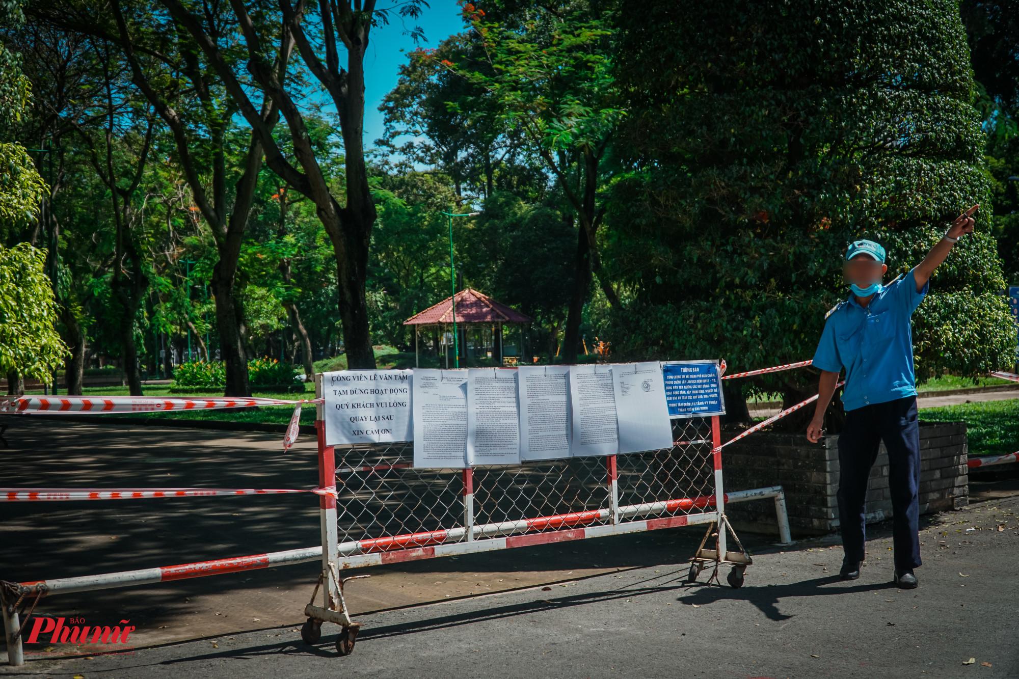 Lực lượng bảo vệ nhắc nhở những trường hợp cố tình chui qua dây rào chắn, vào khuôn viên công viên