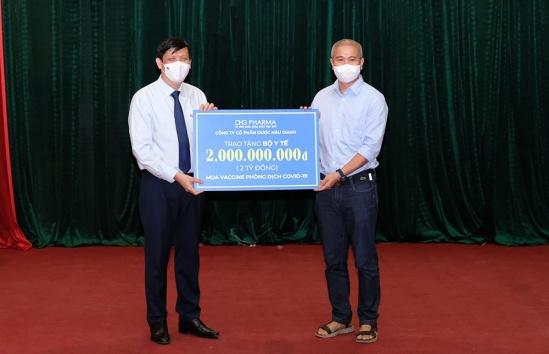 Đại diện Bộ Y tế tiếp nhận hỗ trợ 2 tỷ đồng mua vắc-xin phòng COVID-19 từ DHG. Ảnh: DHG