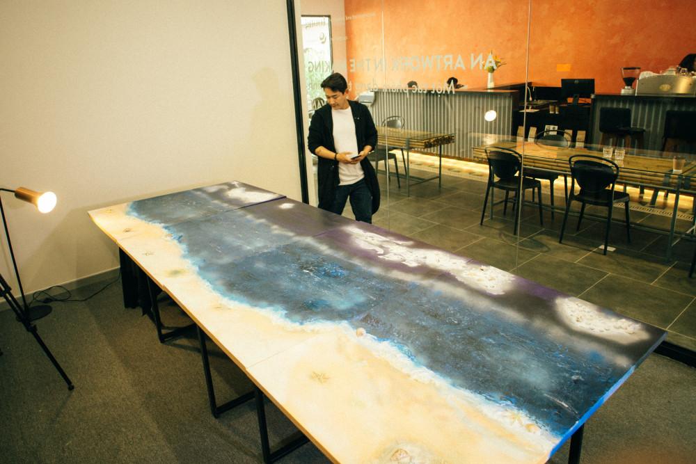 Bức tranh Vùng yên khổ lớn được trưng bày trong đợt triển lãm đầu tiên. Đây là bức tranh đấu giá duy nhất. Về sau, nam diễn viên chia bức tranh thành 4 tác phẩm nhỏ.