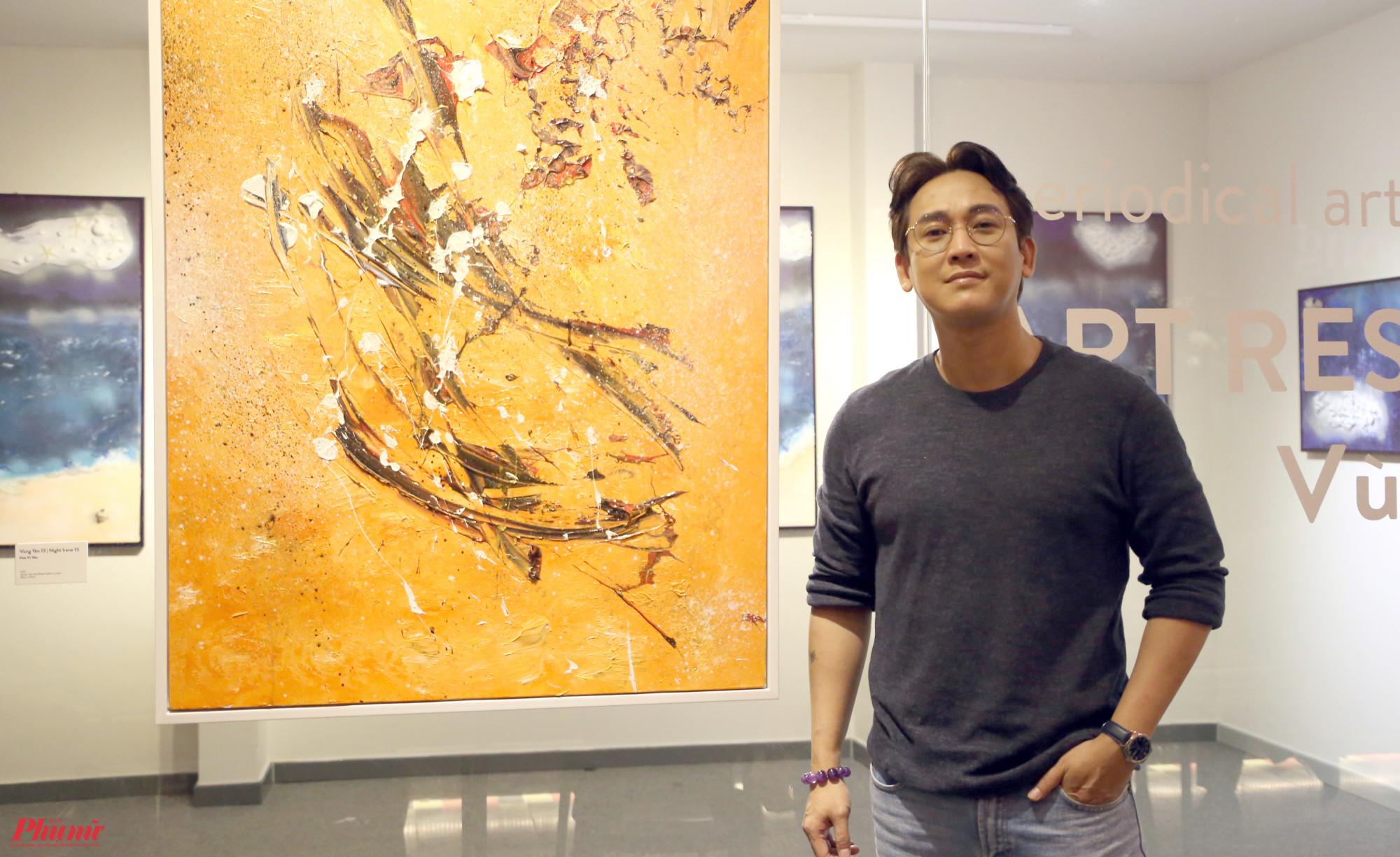 Diễn viên Hứa Vĩ Văn tại không gian triển lãm Vùng yên.