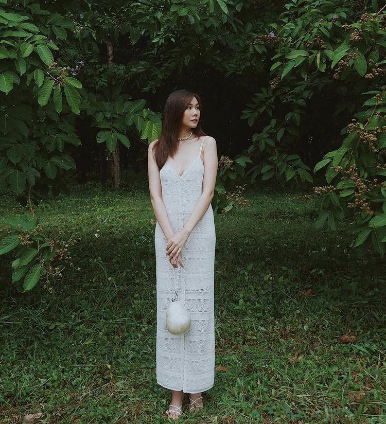 Ở một set đồ khác, Thanh Hằng chọn mốt váy len móc khoe dáng đầy tinh tế và kết hợp cùng phụ kiện