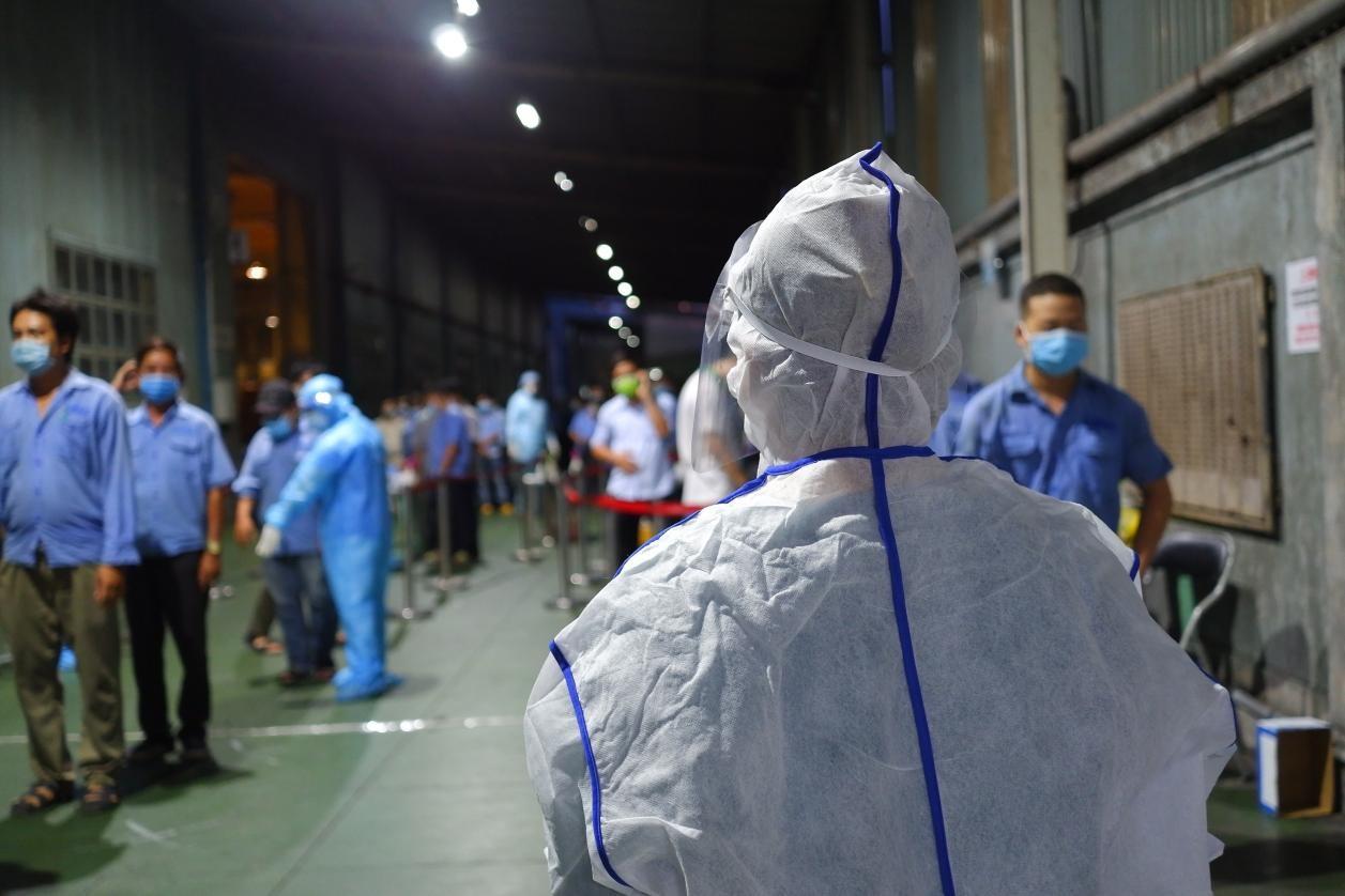 Lấy mẫu xét nghiệm COVID-19 cho công nhân công ty VNA- Khu công nghiệp Tân Bình. Ảnh: Phú Khánh - HCDC