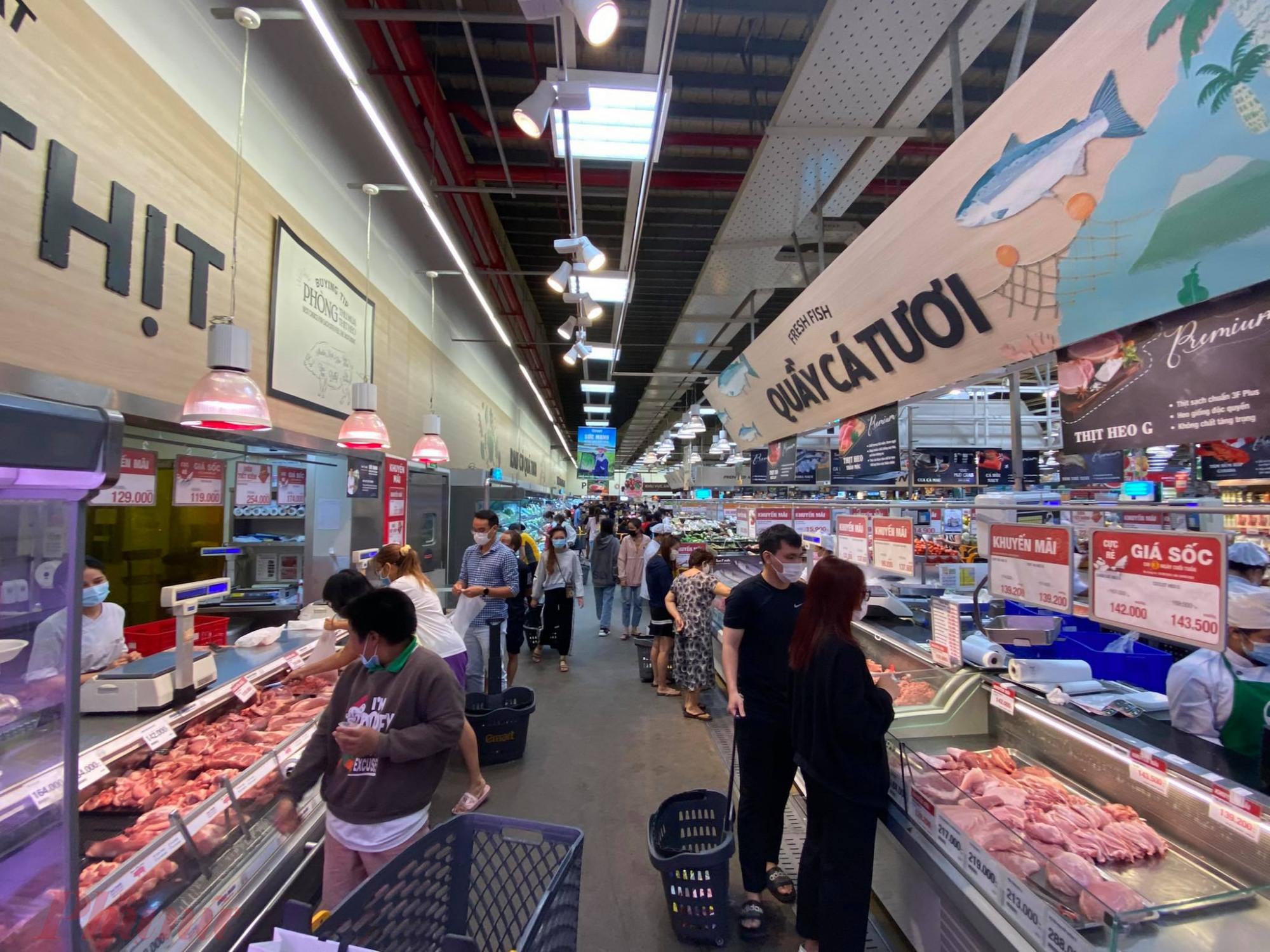Các gian hàng thịt cũng thu hút khá đông khách