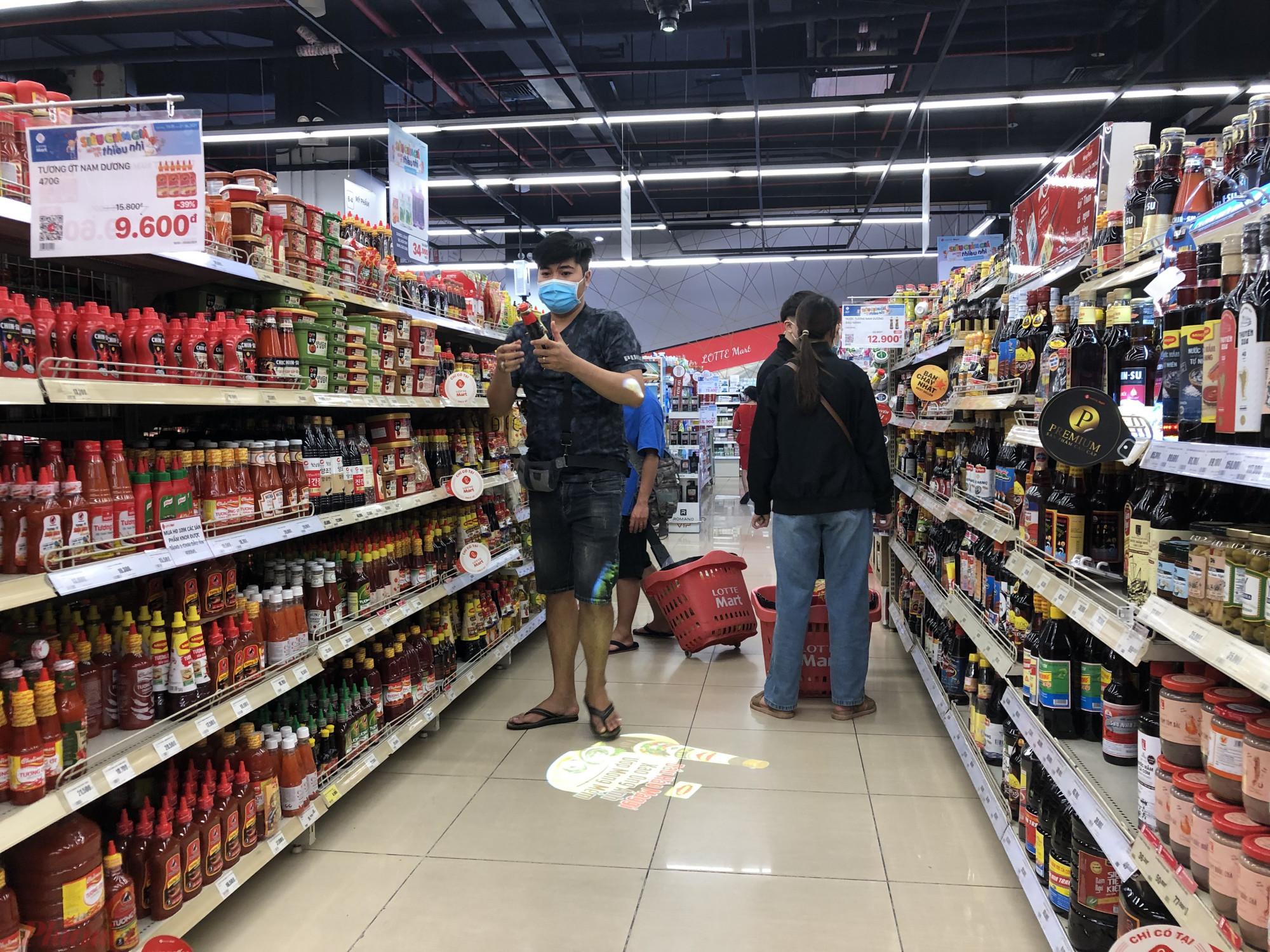Phần lớn các nhu yếu phẩm tại siêu thị đều được giảm giá, tặng kèm khuyến mãi để kích cầu người tiêu dùng. Dịch bệnh, xu hướng tiêu dùng của người dân đã thay đổi hẳn, họ thường chọn sản phẩm có kèm khuyến mãi hơn là sẵn phẩm không khuyến mãi.