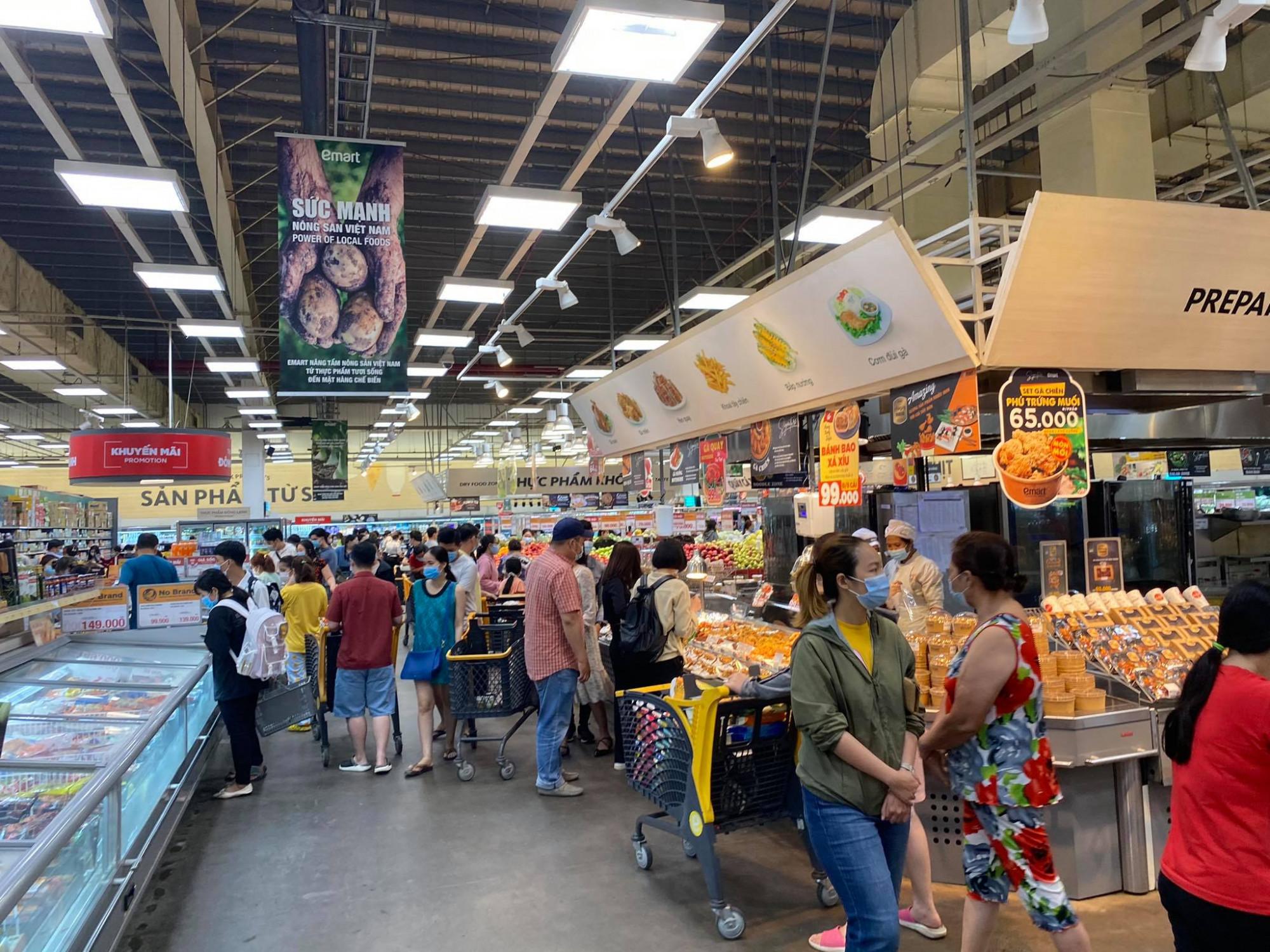Gần 19h tối ngày 28/5, lượng khách đổ về siêu thị Emart (Q.Gò Vấp, TPHCM) khá đông, nhất là các quầy nhu yếu phẩm như mì gói, gạo, gia vị,...