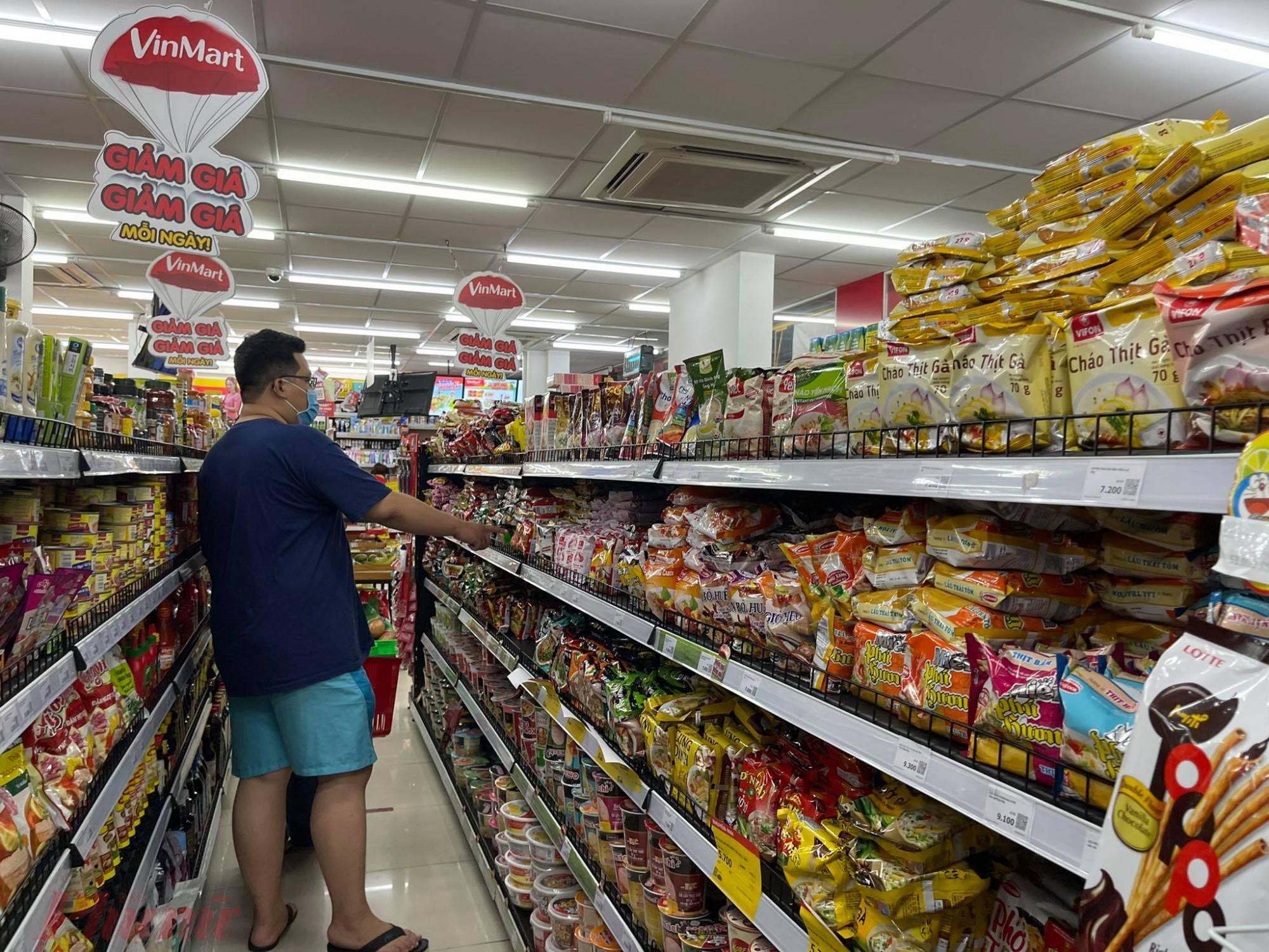 Tại Vinmart đường Phạm Huy Thông (Q.Gò Vấp, TPHCM) cũng vắng hoe khách. Khách cũng chọn các sản phẩm là mì gói, đồ khô.