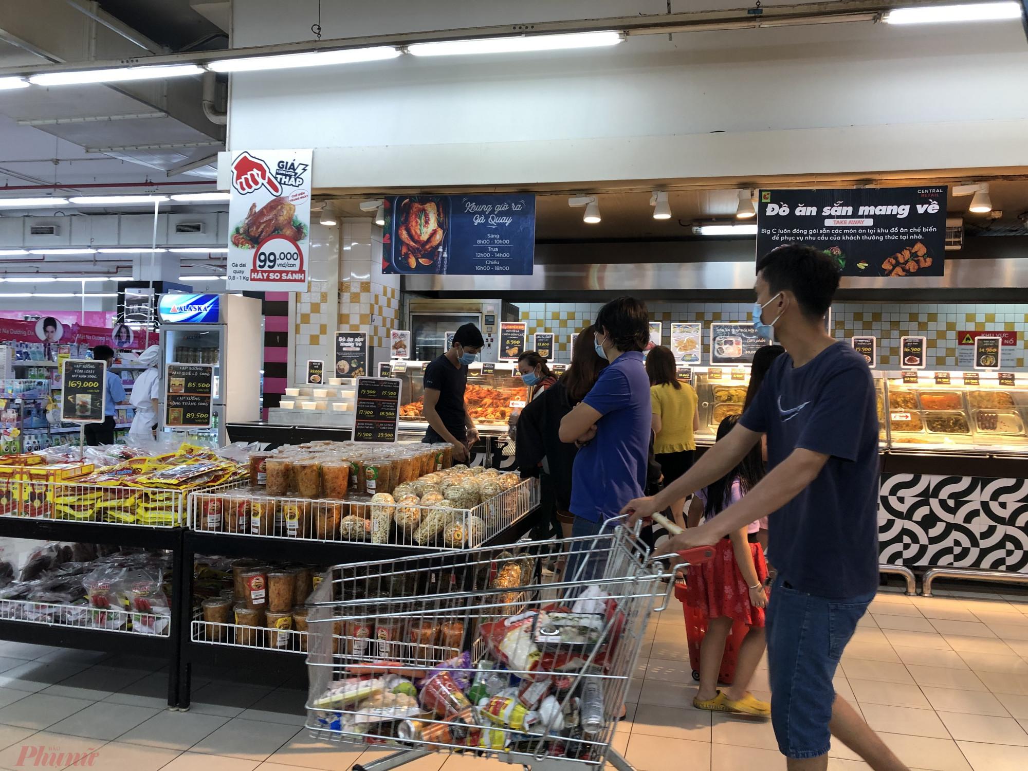 Thực phẩm trong các xe đẩy của khách nhiều nhất là gạo, mì gói, sữa, các thực phẩm tươi sống khác.