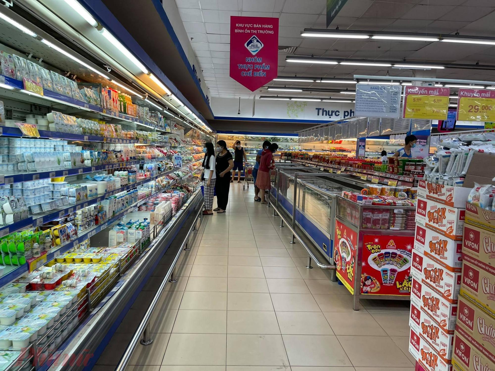 Chỉ trừ Emart khá đông, một số siêu thị khác tại Q.Gò Vấp khác vắng khách do mọi người sợ dịch bệnh. Lượng khách vào giờ cao điểm ngày tối 18/4 tại siêu thị Co.opMart chỉ lác đác vài người.