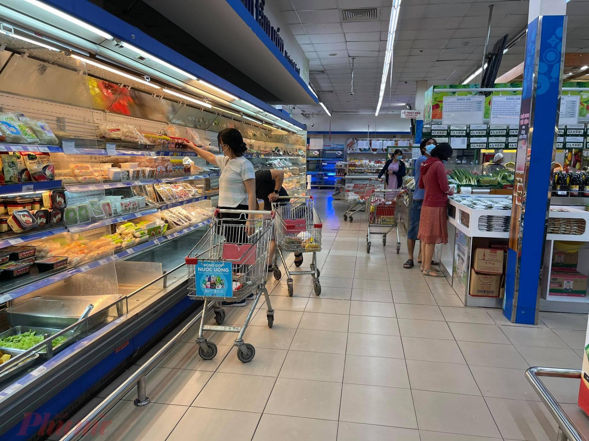 Khách chủ yếu vẫn chọn mua thực phẩm tươi sống