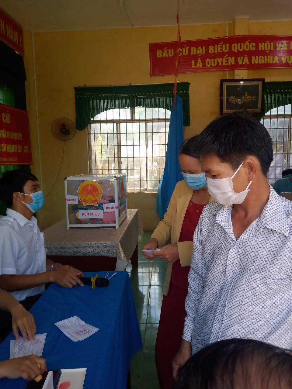Người dân huyện đảo Lý Sơn tham gia bỏ phiếu trong ngày bầu cử 23/5