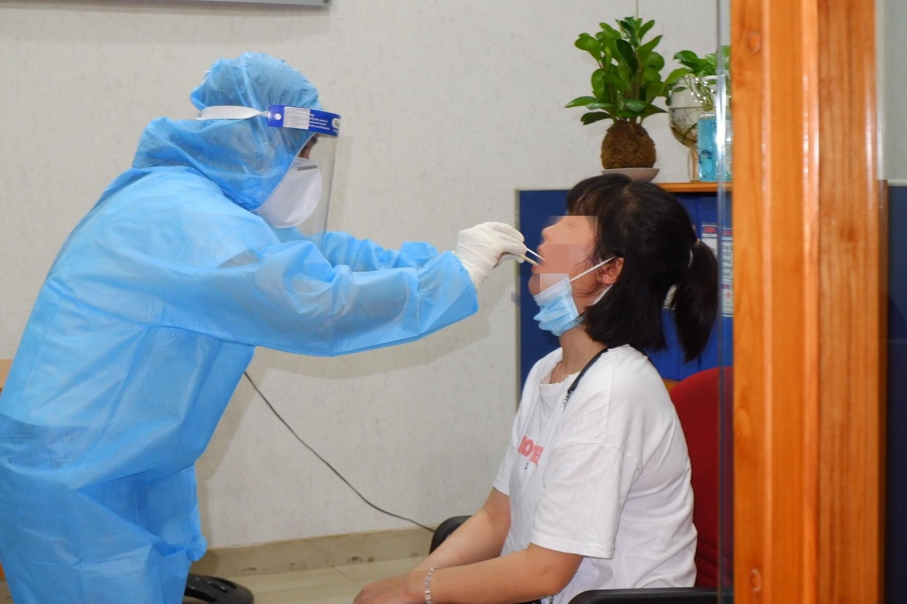 Nhân viên y tế lấy mẫu xét nghiệm COVID-19 cho người liên quan ca mắc COVID-19 tại Gò Vấp