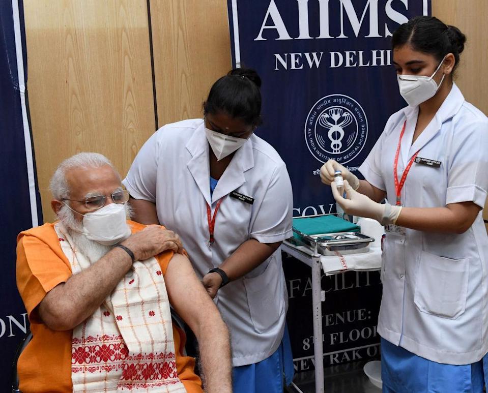 Thủ tướng Ấn Độ Narendra Modi tiêm liều Covaxin thứ hai - đây là vắc-xin COVID-19 do Ấn Độ sản xuất - tại Bệnh viện AIIMS, New Delhi - Ảnh: Cục Thông tin Báo chí Ấn Độ