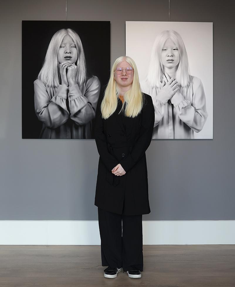 Xueli mong muốn một thế giới hài hòa, tốt đẹp, tôn trọng quyền và phẩm giá của con người - Ảnh: Galerie TON