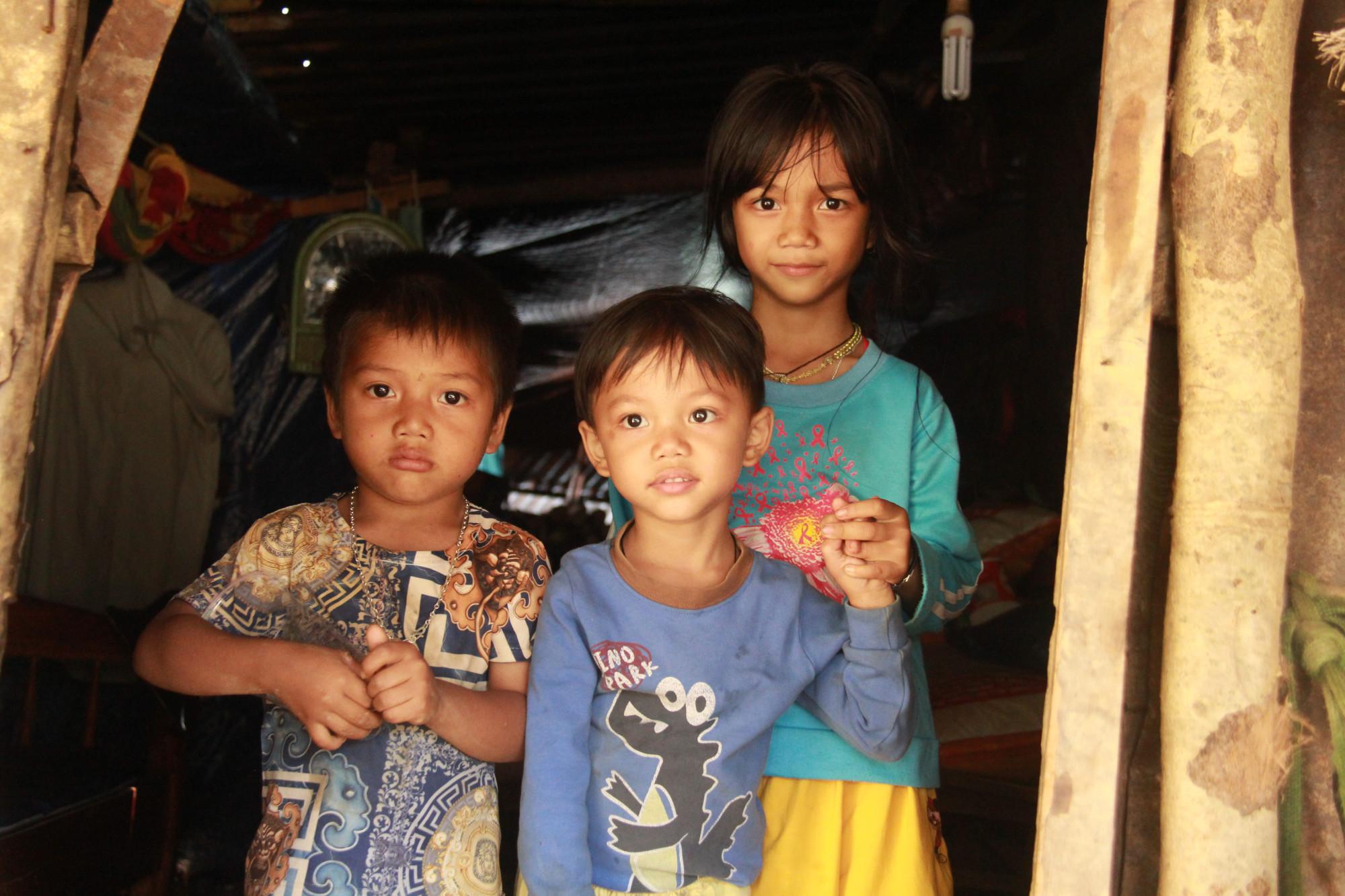 Mùa mưa bão lại sắp đến, nhưng không biết đến khi nào những đứa trẻ này có đươc môt ngôi nhà đúng nghĩa.
