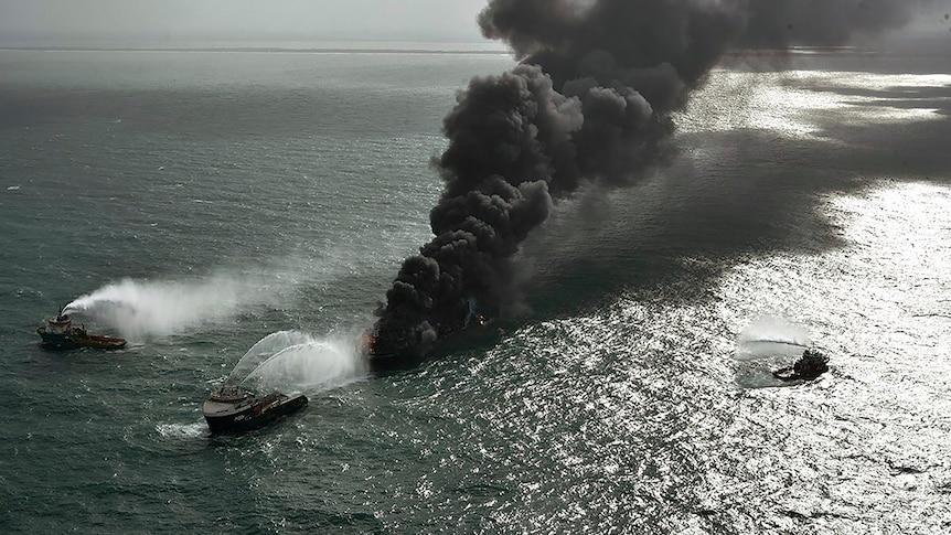 Con tàu chở rác thải nhựa bất ngờ bốc cháy ngoài khơi bờ biển Sri Lanka hôm 20/5