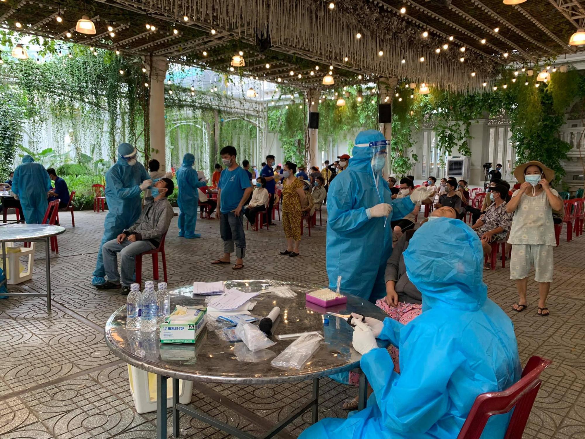 Nhân viên y tế lấy mẫu xét nghiệm COVID-19 tại Gò Vấp