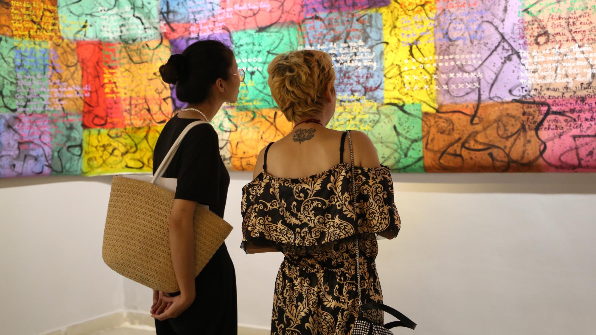 Những triển lãm tranh tại Việt Nam vẫn diễn ra giữa thời điểm dịch bệnh với quy mô nhỏ gọn.