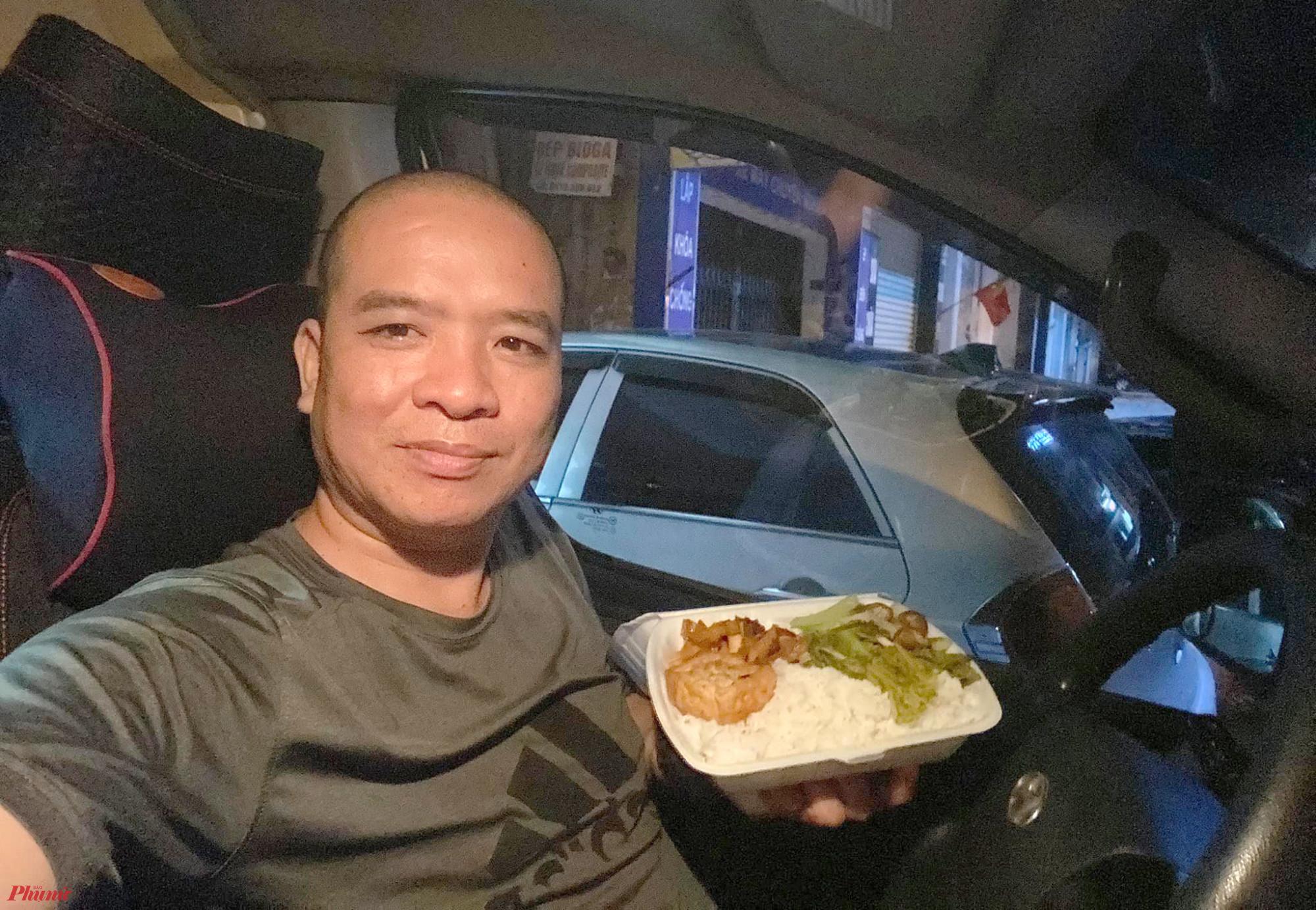 Bữa cơm vội ngay trên vô lăng xe cứu thương của anh Hà
