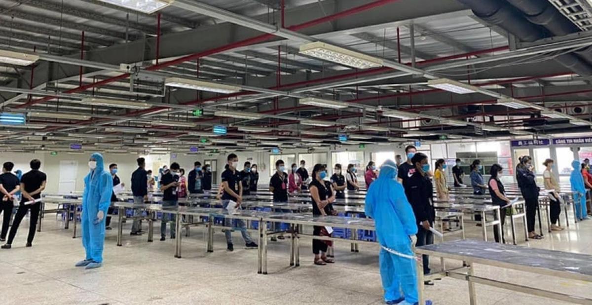 Gần 80.000 công nhân tại Khu công nghiệp Vân Trung ở Bắc Giang được lấy mẫu xét nghiệm virus SARS-CoV-2 - Ảnh: Thiên Bình