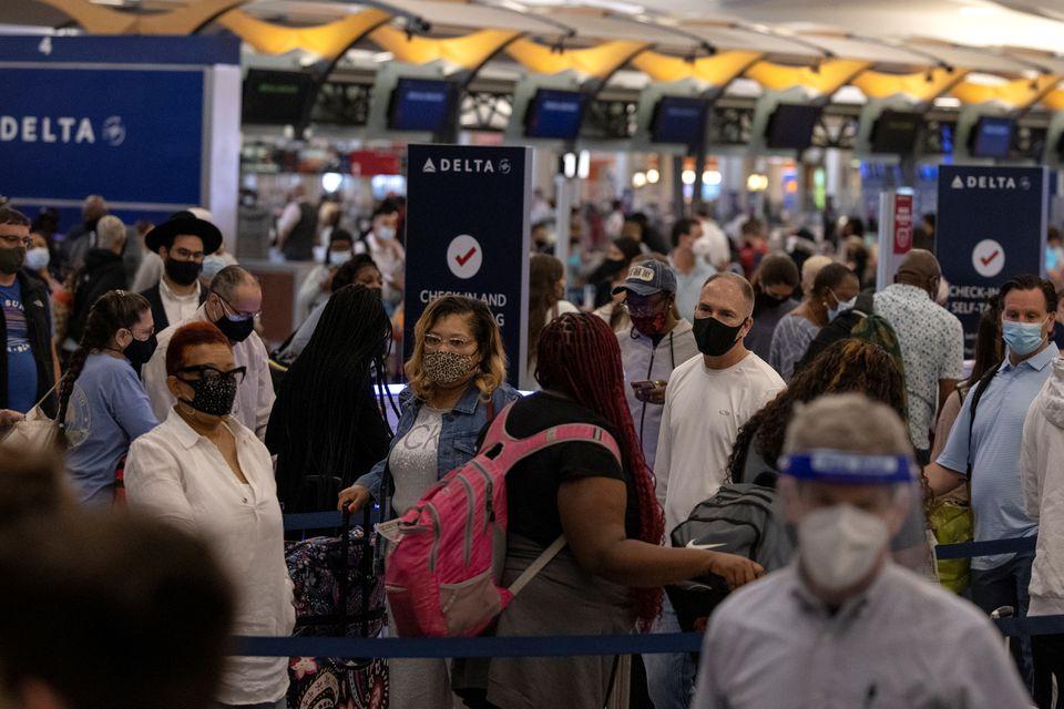 Hành khách làm thủ tục chuyến bay ở quầy của hãng hàng không Delta tại Sân bay Quốc tế Hartsfield-Jackson Atlanta, Georgia (Mỹ) ngày 23/5/2021 - Ảnh: Reuters