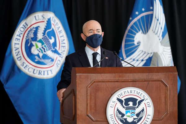 Bộ trưởng An ninh Nội địa Alejandro Mayorkas phát biểu về an ninh hàng không trước mùa du lịch hè 2021 tại Sân bay Quốc gia Ronald Reagan ở Washington ngày 25/5 - Ảnh: VOA