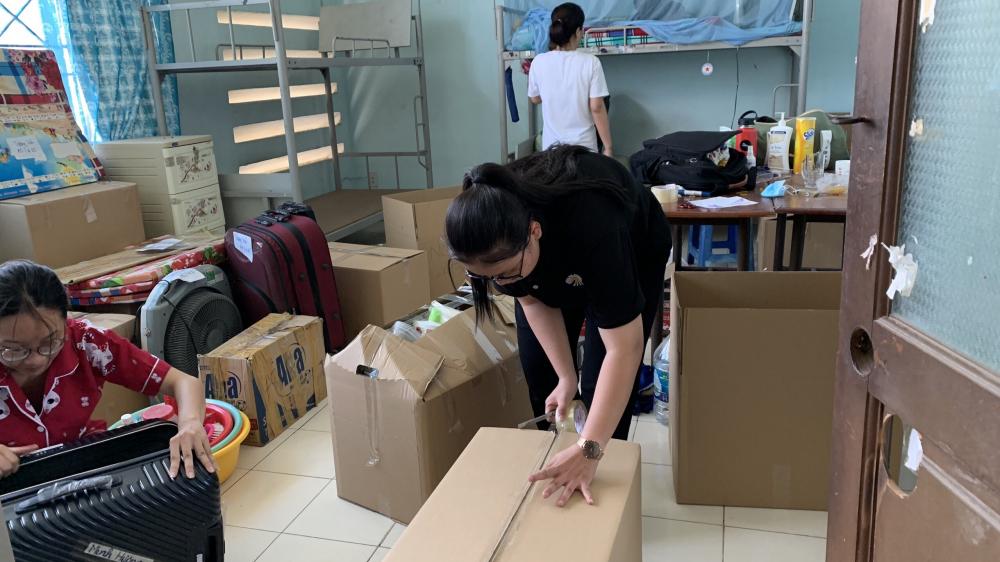 nhóm tình nguyện viên đang dọn dẹp 1 ký túc xá chuẩn bị đón nguoi cách ly tập trung.