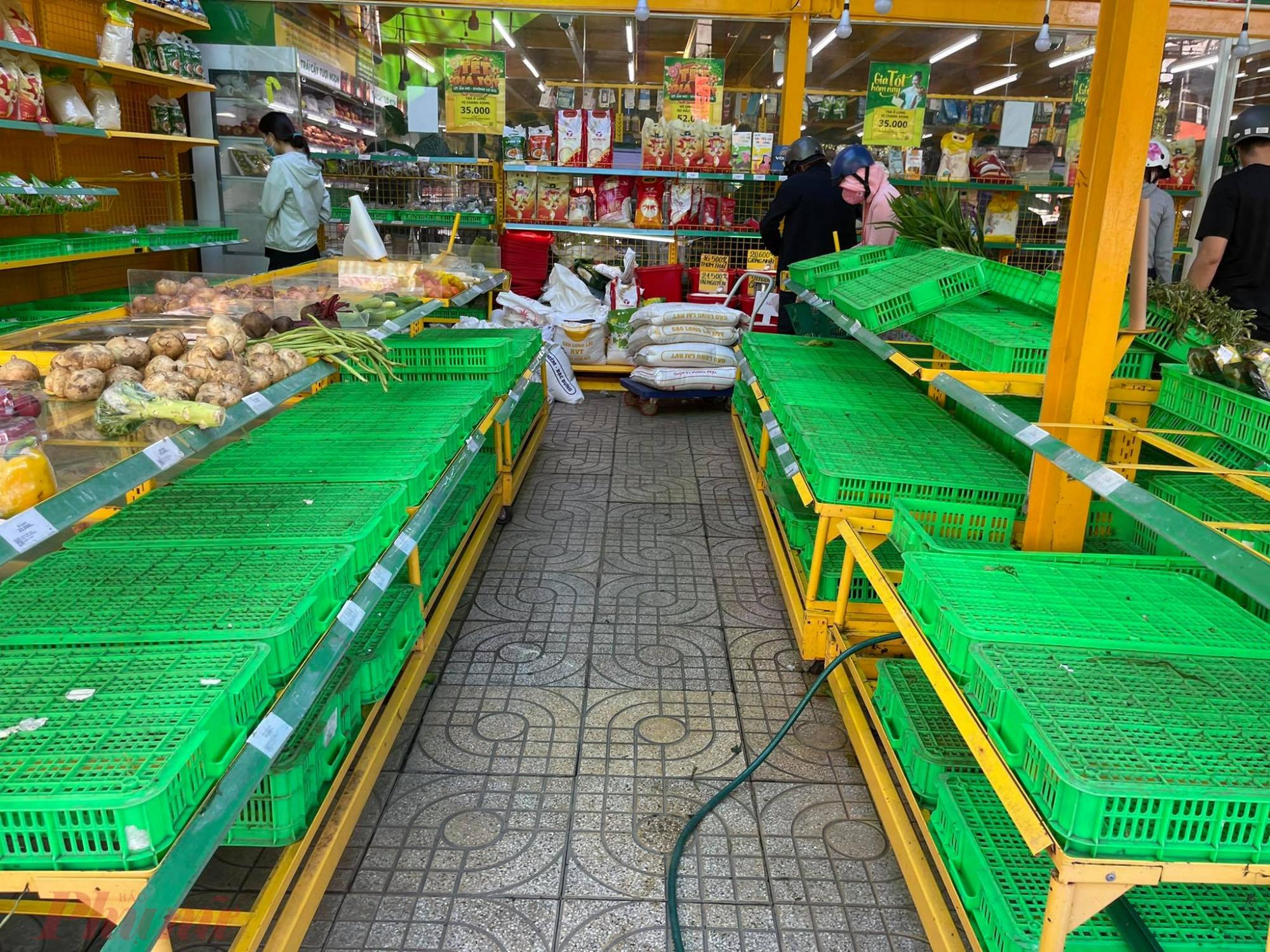 Cửa hàng Bách Hóa Xanh hết sạch hai quầy hàng rau củ.