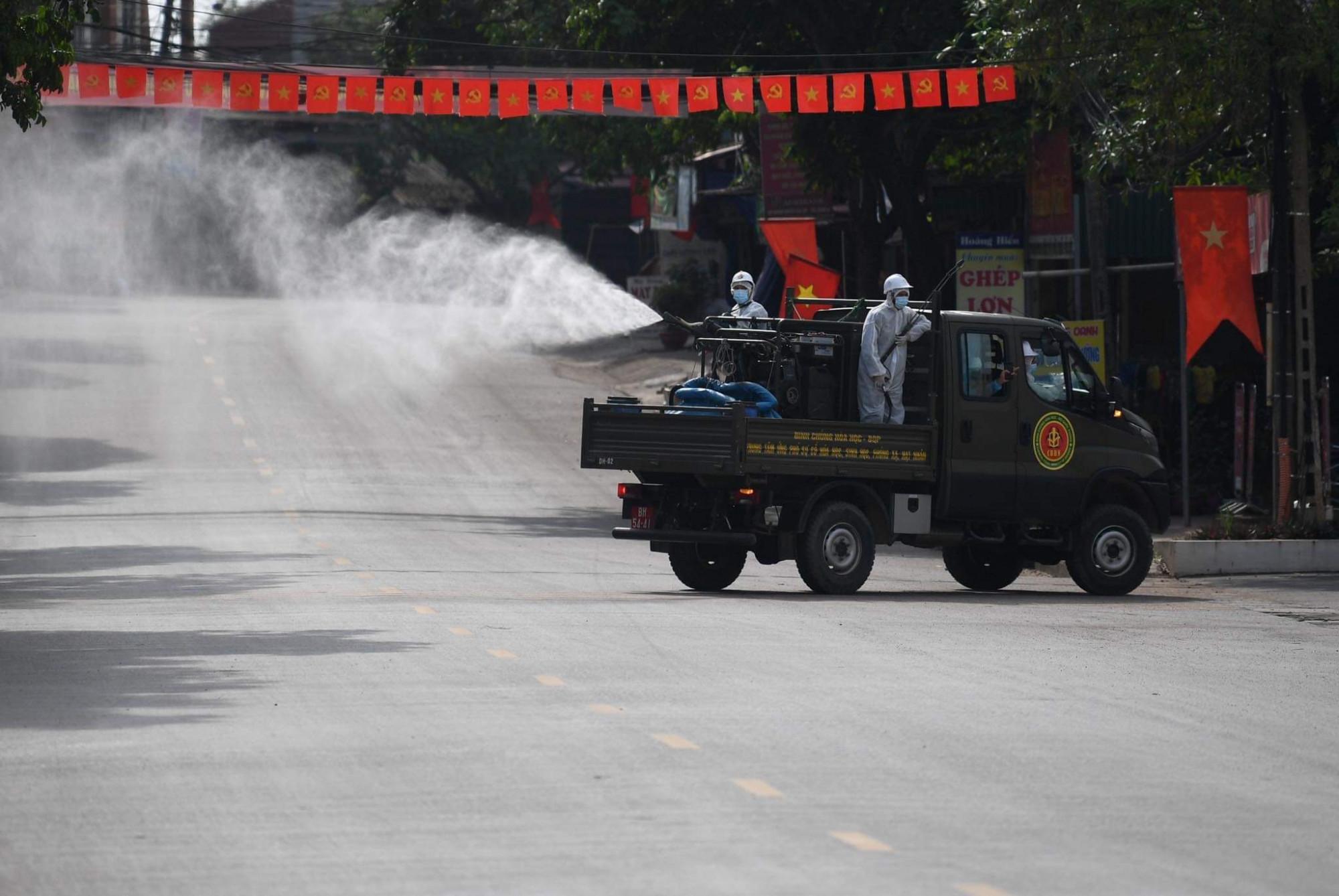 Xe đặc chủng của bộ đội hoá học phun khử khuẩn tại Bắc Giang chiều 30/5.
