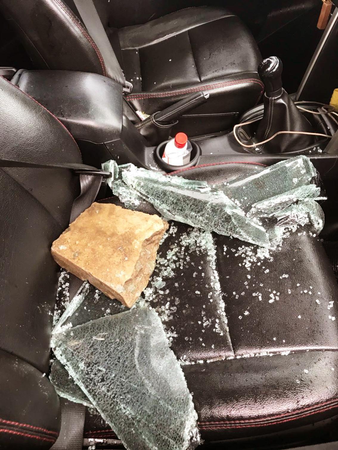 Chiếc xe chở chị N. và con gái bị đập nát cửa kính