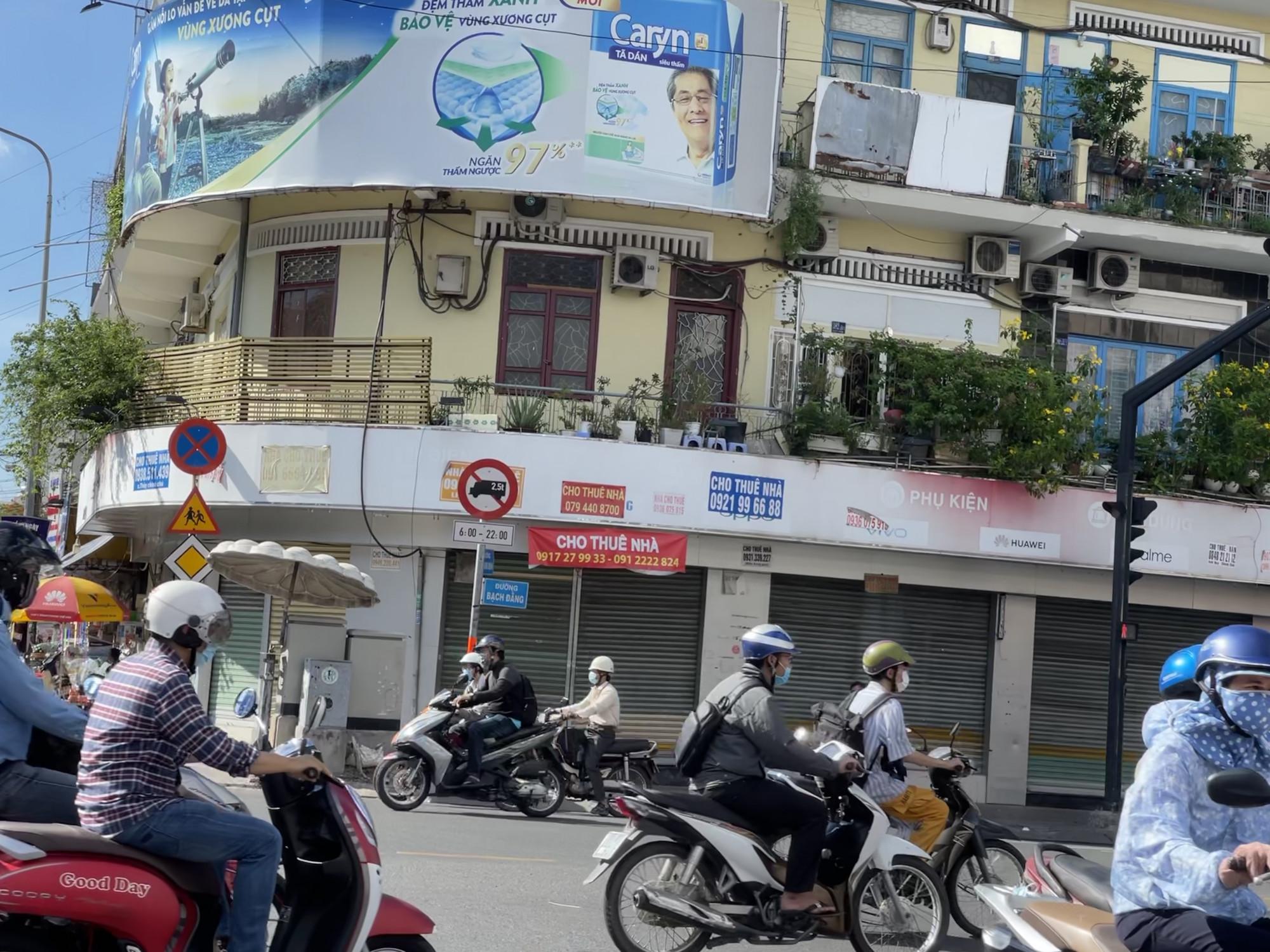 Không riêng nhà phố mặt tiền cho thuê tại các quận trung tâm, các quận như Bình Thạnh, Tân Bình, Tân Phú cũng không hồi phục nổi, giá thuê không cao nhưng chịu chung tác động từ dịch bệnh mà nhiều mặt bằng kinh doanh tại các tuyến đường trên khu vực này đều đang phải điều chỉnh tiếp tục giảm giá thêm từ 5-10% trong tháng đầu năm 2021
