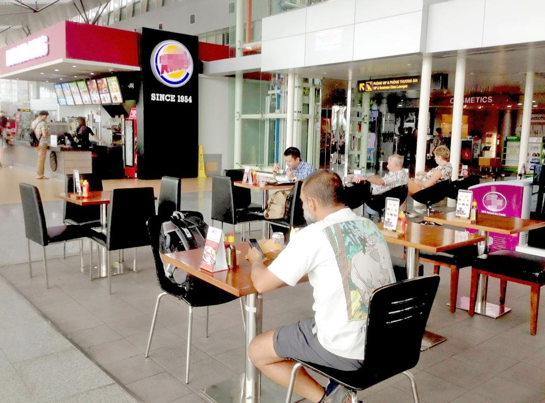 Giá đồ ăn, thức uống tại các gian hàng trong sân bay luôn rất cao, gây khó khăn cho hành khách muốn sử dụng dịch vụ - Ảnh: D.Đ.Minh