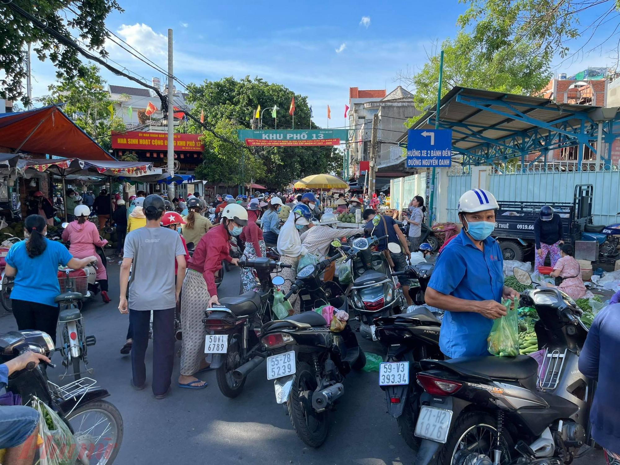 Người dân đổ về chợ Căn cứ 26A (Q.Gò Vấp) mua sắm đông nghịt, kẹt xe ở các lối vào chợ.