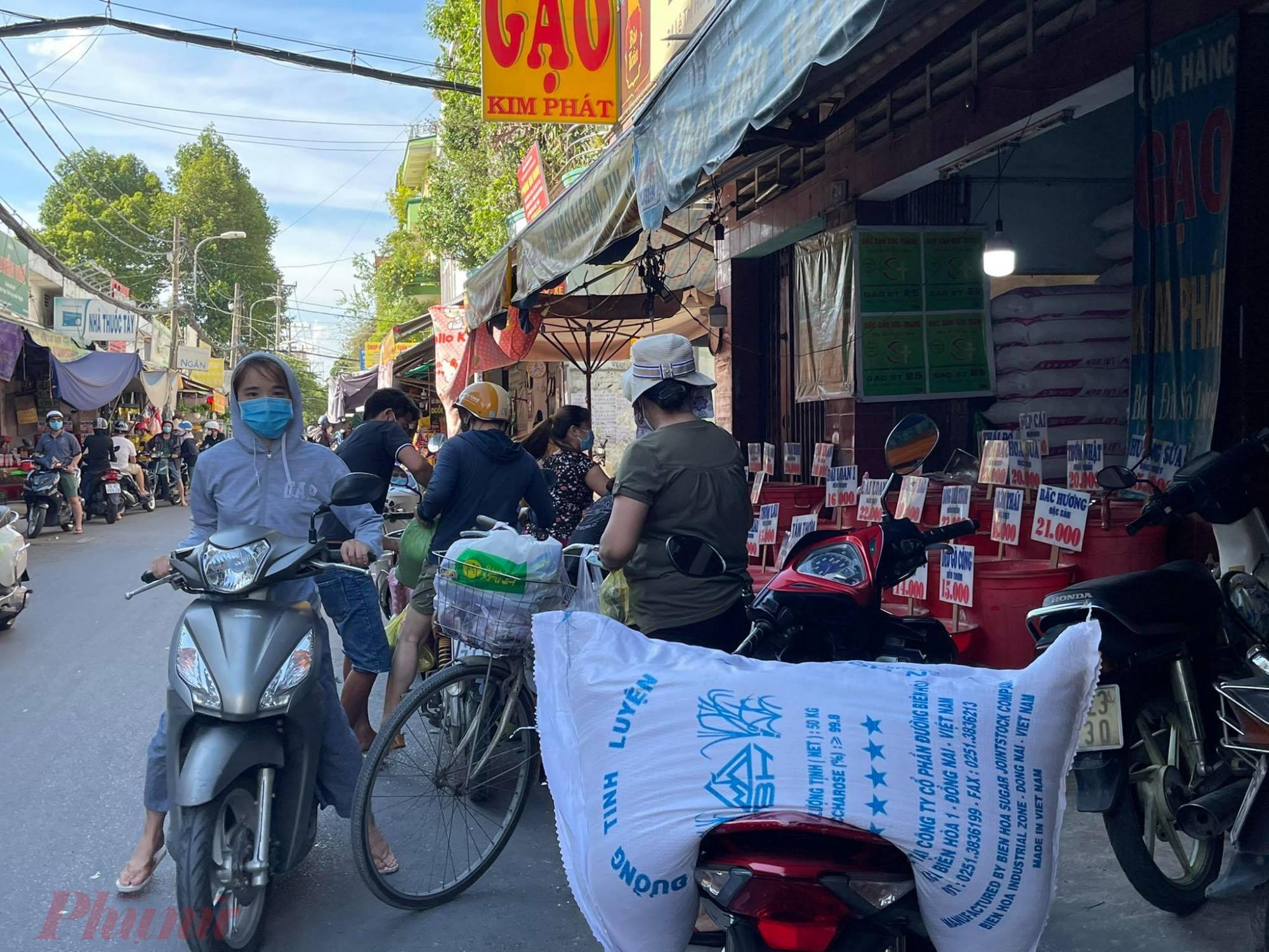 Các điểm bán gạo đông khách, có khách mua cả 2 - 3 bao gạo.