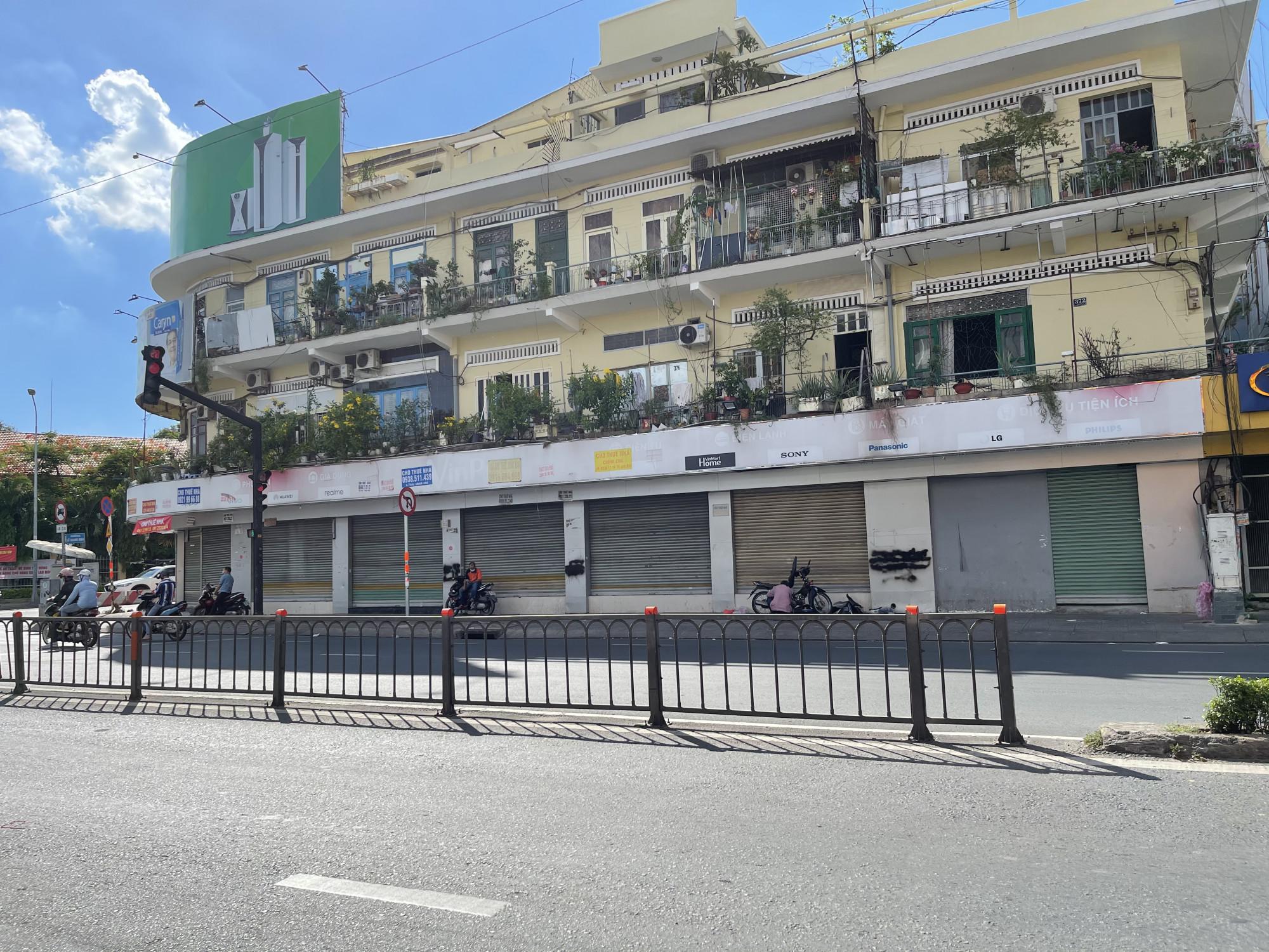 Không riêng khu CBD, nhà phố mặt tiền cho thuê tại các quận ngoài trung tâm như quận 11, Tân Bình, Tân Phú cũng không hoàn toàn hồi phục, do giá thuê không cao nhưng chịu chung tác động từ dịch bệnh mà nhiều mặt bằng kinh doanh tại các tuyến đường trên khu vực này đều đang phải điều chỉnh tiếp tục giảm giá thêm từ 5-10% trong tháng đầu năm 2021.