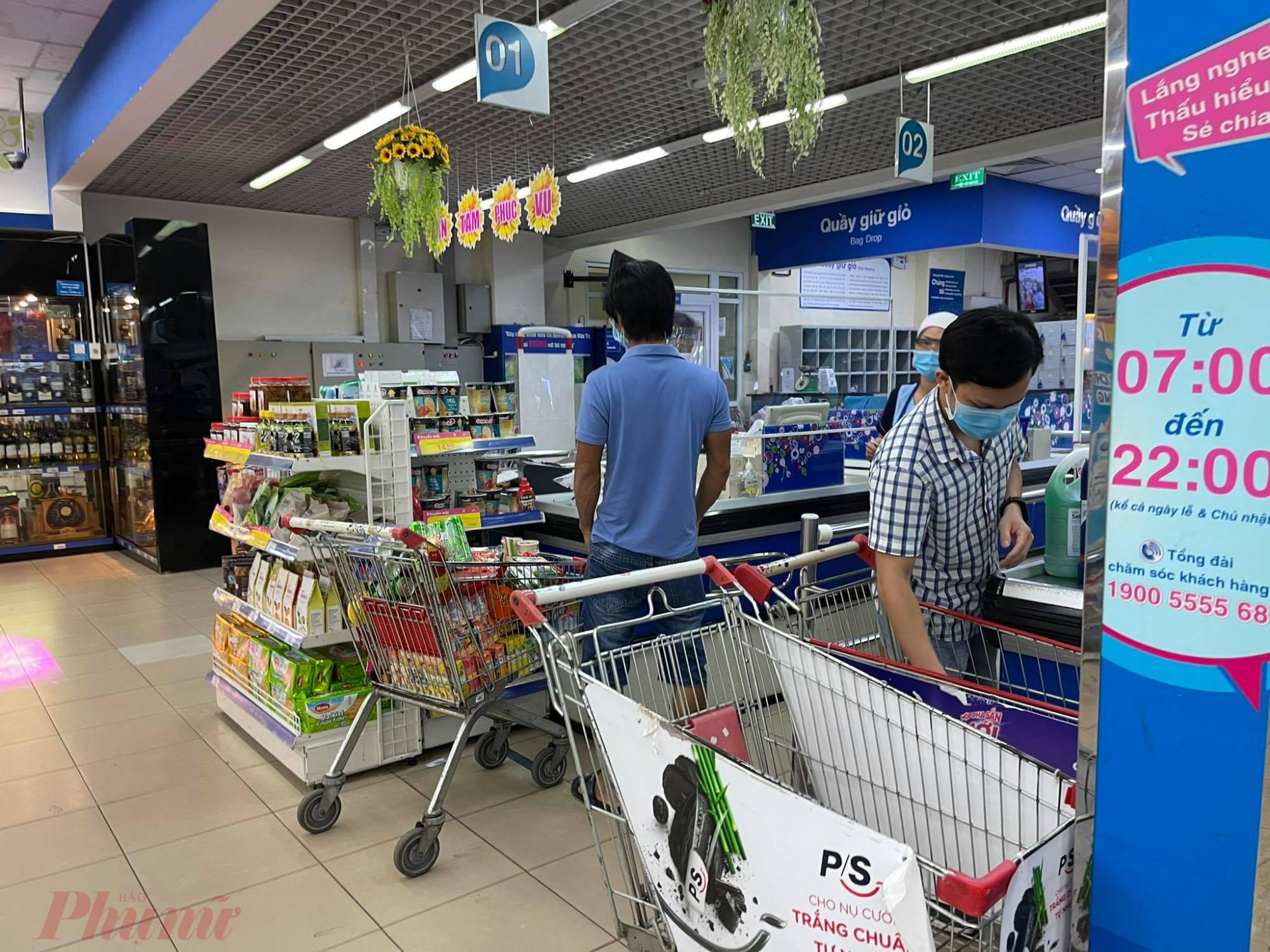 Khách đi siêu thị mua đầy giỏ hàng để đủ dùng trong 3 - 4 ngày.