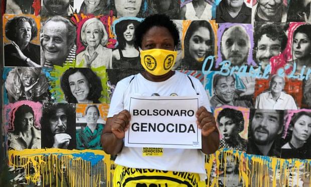 Nhà hoạt động dân quyền, Silva de Mendonça đứng trước bức tường tưởng nhớ những người Brazil đã tử nạn do coronavirus. Ảnh: Handout