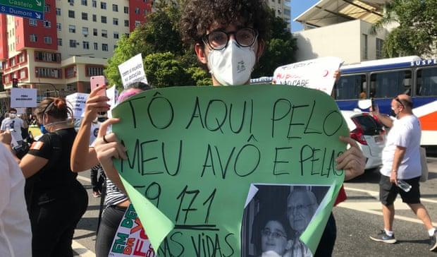 Thanh niên Luiz Dantas với tấm biểu ngữ chỉ trích chính phủ lâm thời Ảnh: Handout