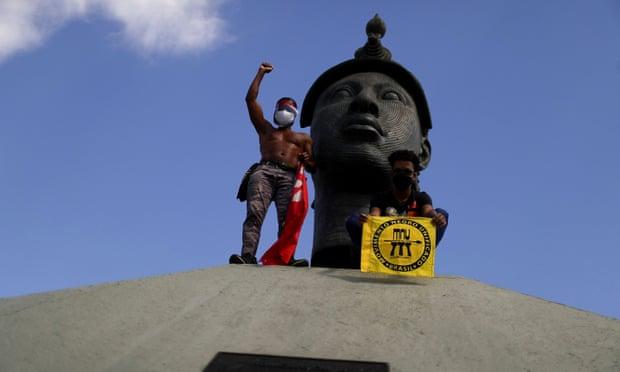 Người biểu tình phản đối Tổng thống Jair Bolsonaro trước Tượng đài Zumbi ở Rio de Janeiro. Ảnh: Pilar Olivares / Reuters