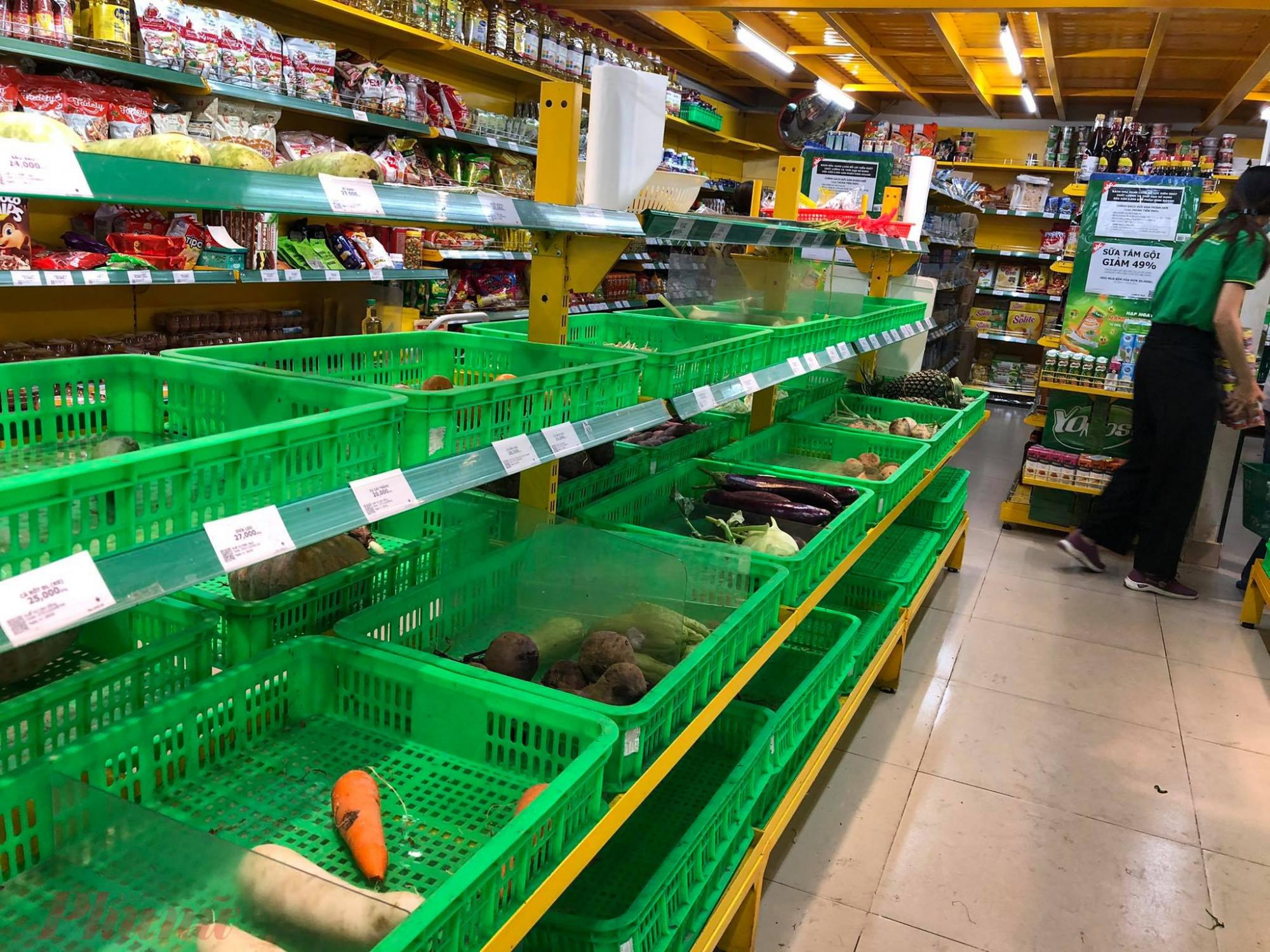 Tại Bách Hóa Xanh, đường Bàu Cát, quận Tân Bình nhiều kệ thực phẩm cũng hết sạch