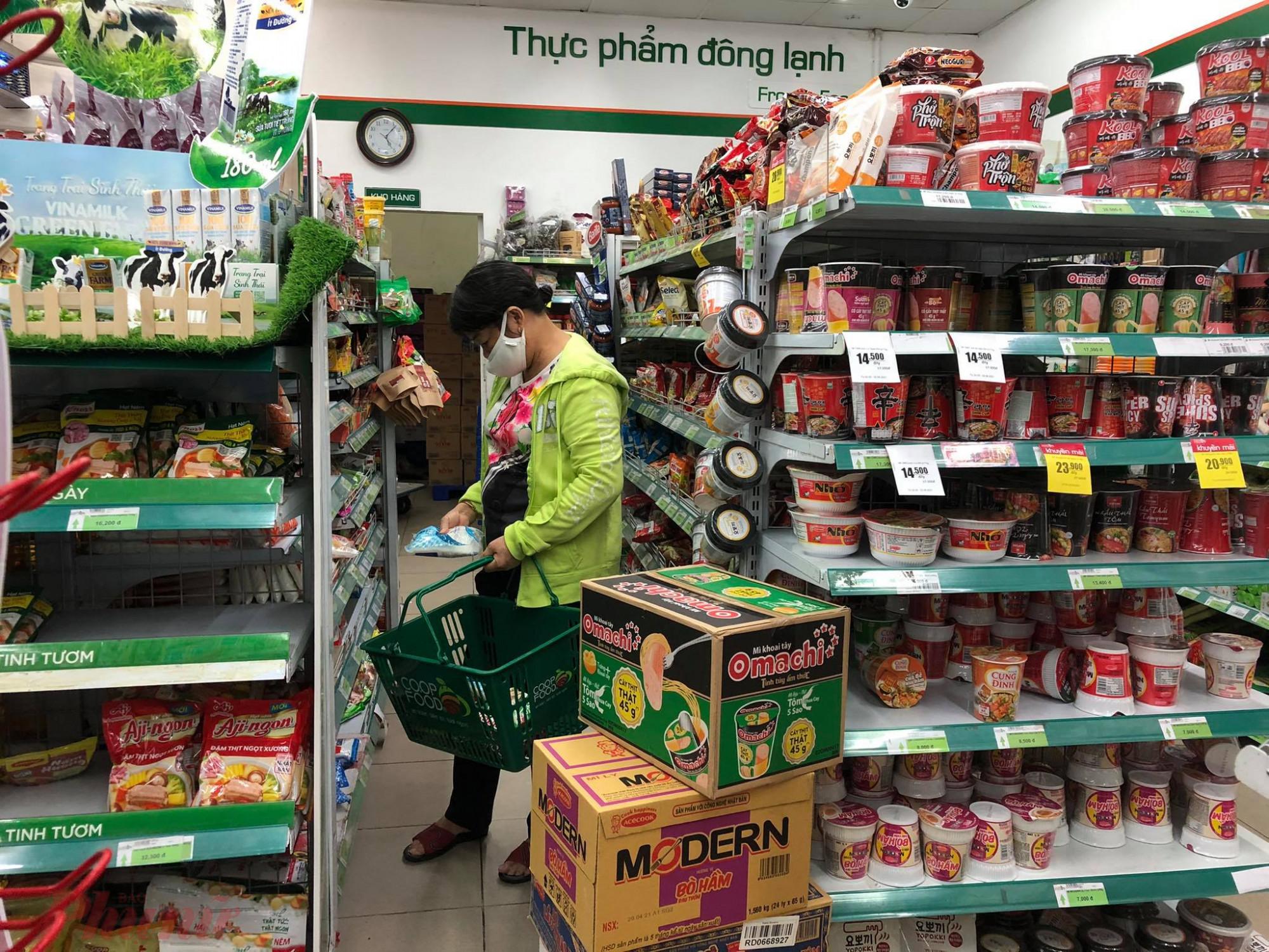Không chỉ Gò Vấp, các cửa hàng, siêu thị, chợ... tại nhiều quận huyện khác cũng xảy ra tình trạng tương tự. Ảnh chuoj tại Co.opfood  trên đường Võ Thành Trang, quận Tân Bình