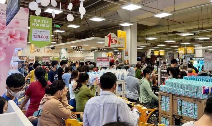 Hình ảnh người mua đông nghẹt tại siêu thị Emart, đường Phan Văn Trị (quận Gò Vấp) được nhiều người chia sẻ trong chiều ngày 30/5.